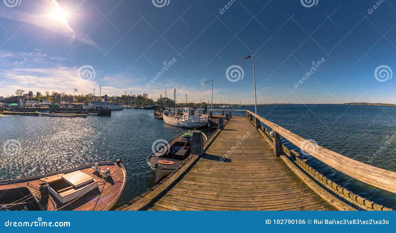 Roskilde, Dinamarca - 1 de mayo de 2017: Barcos largos de Viking en el harbo