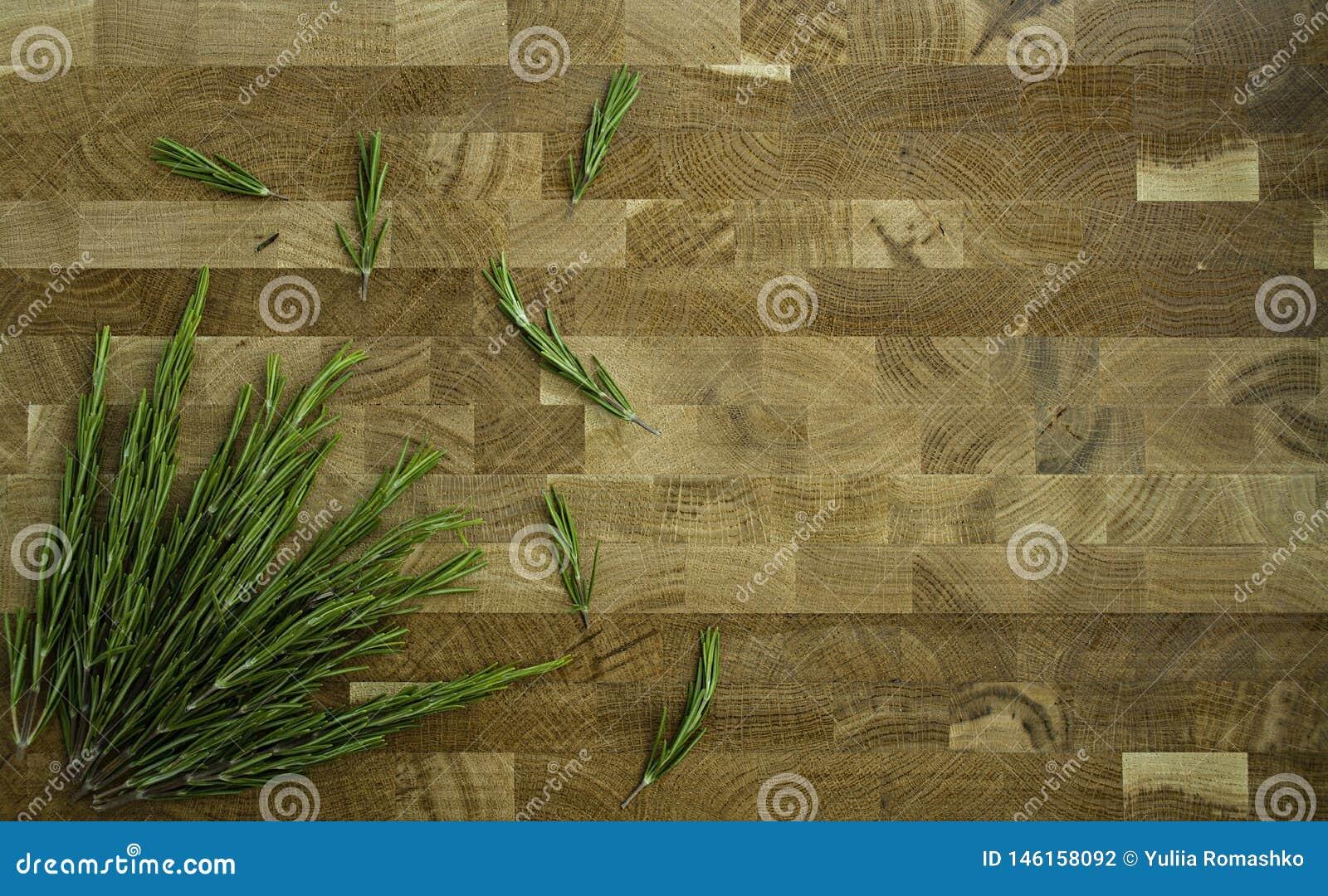 Rosmarini su un fondo di legno