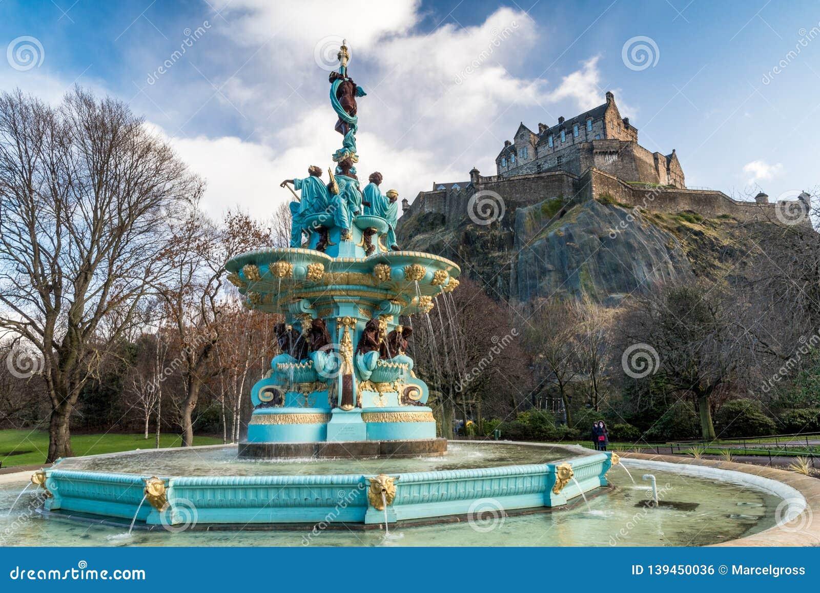 Ross Fountain con el castillo de Edimburgo
