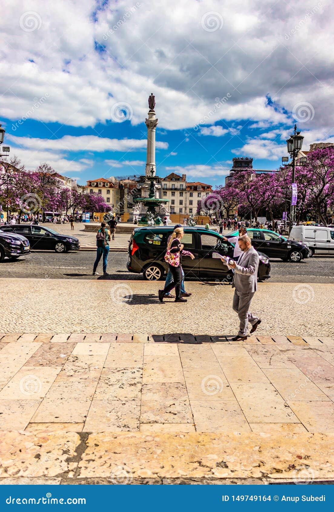 Rossio正方形画象视图在里斯本葡萄牙20可以2019年 rossio正方形美丽的景色与跑的云彩的在天空