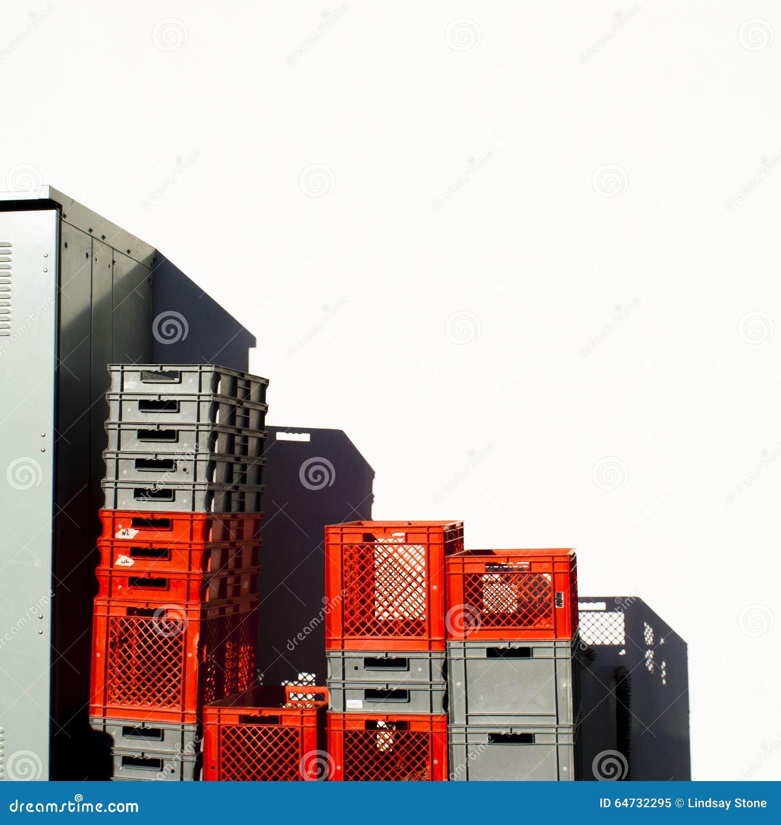 Rosso e Gray Colored Stacked Plastic Crates con lo spazio della copia