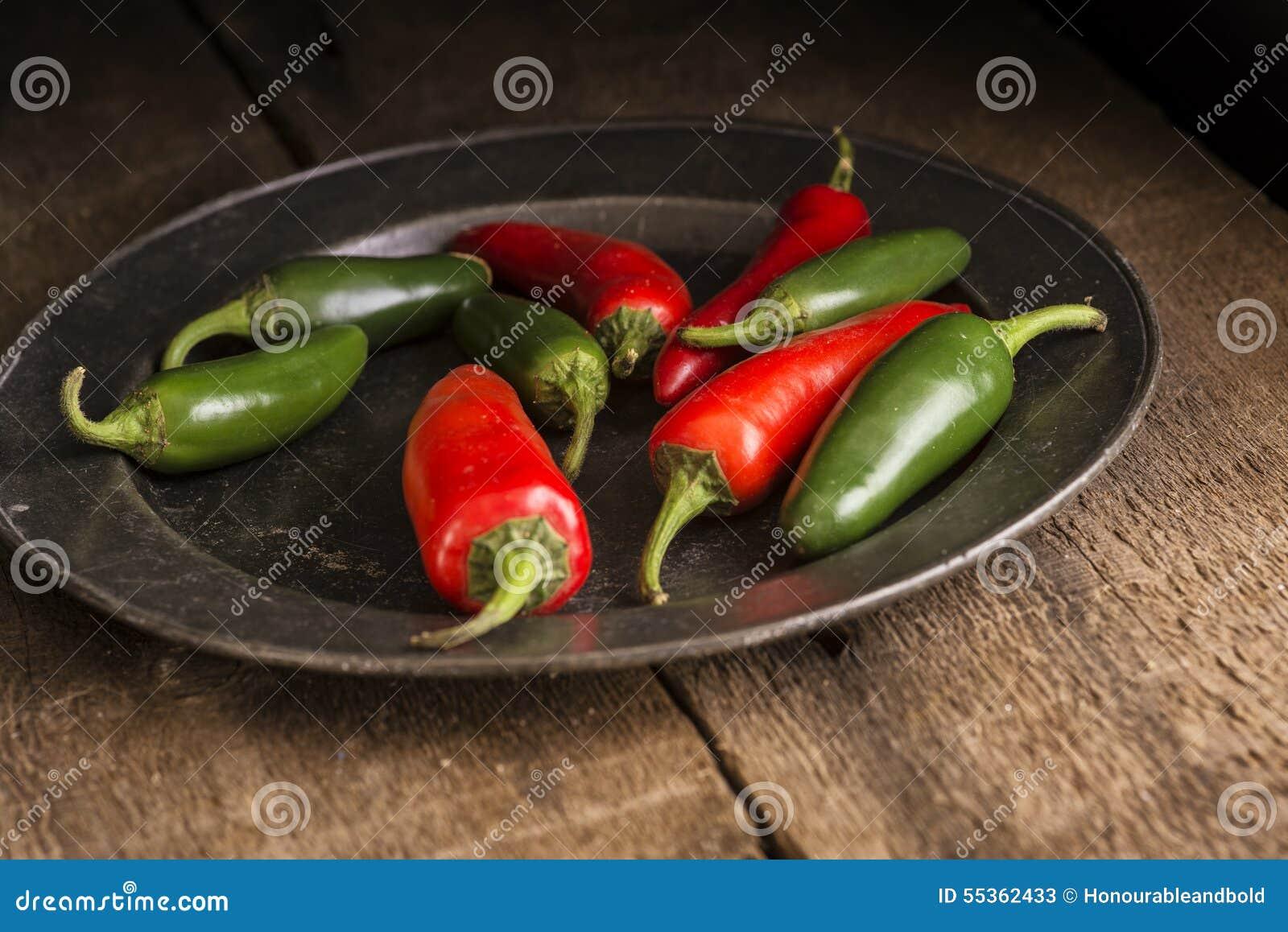 Rosso e peperoni verdi nel retro Se lunatico d annata di illuminazione naturale