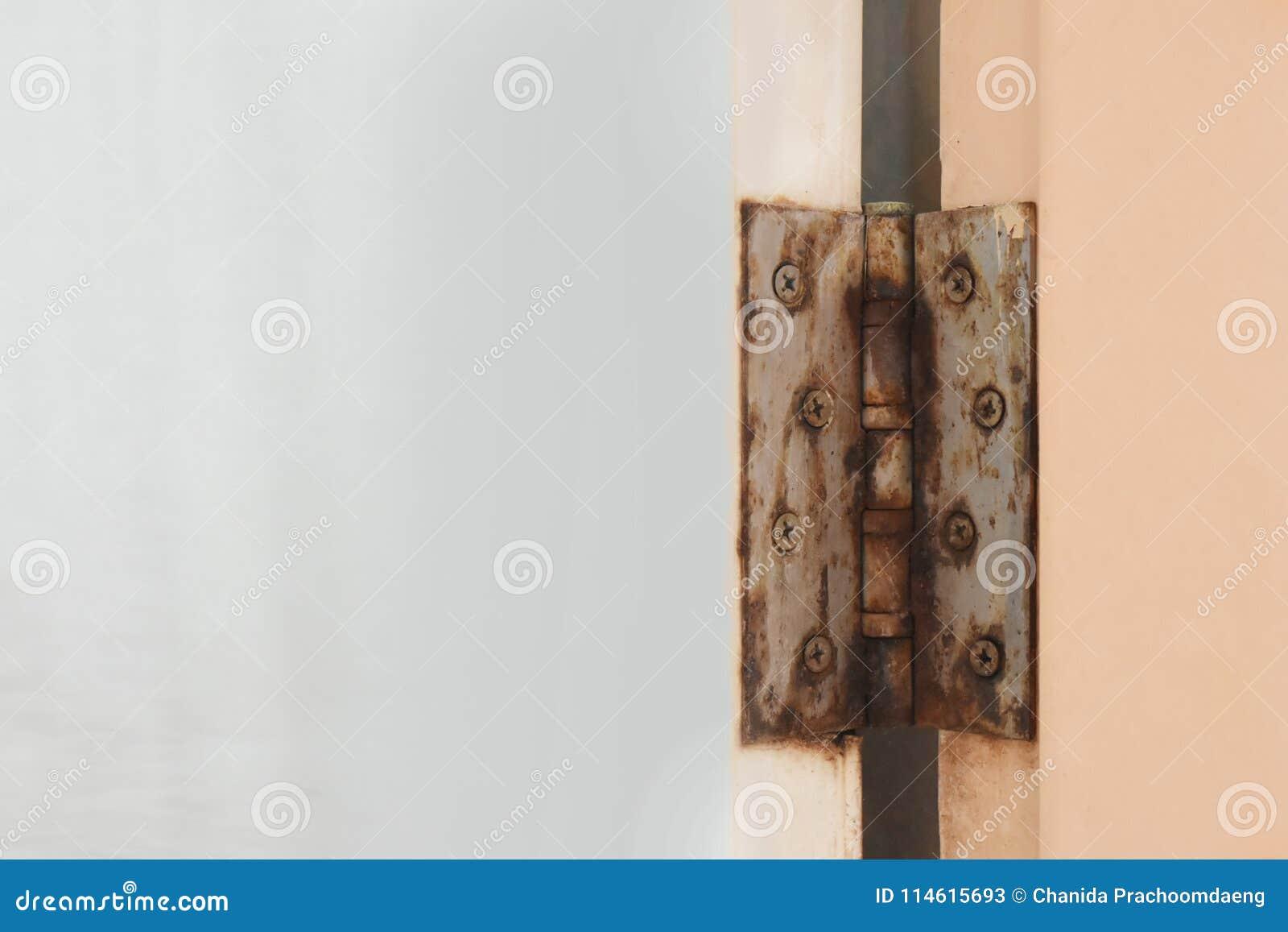Rost för badrumdörrgångjärn på dörren av vattentätt och tomt utrymme för PVC för text