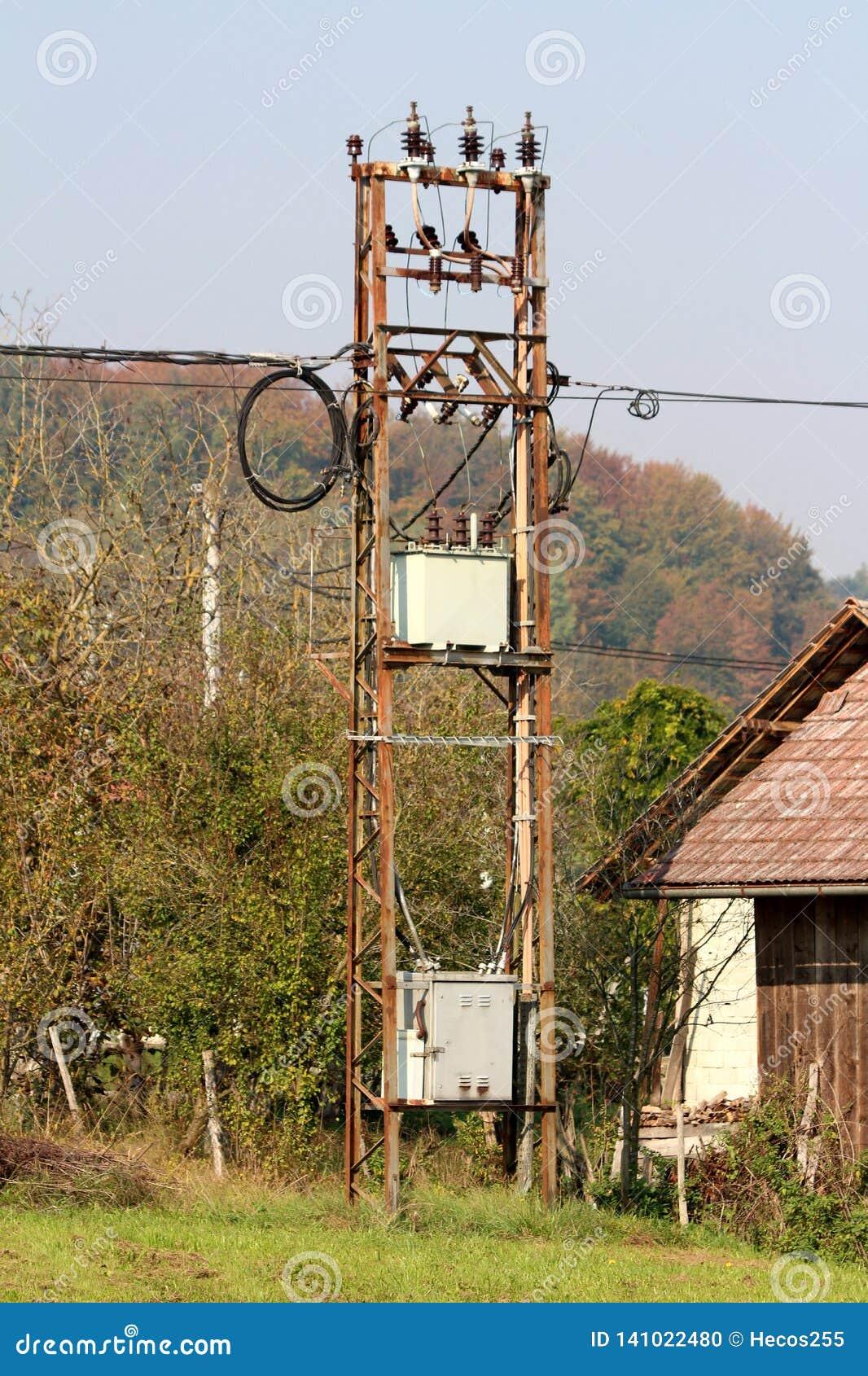 Rostad elektrisk hög spänningsask för utomhus- grå metall med keramiska isolatorer förbindelse med elektriska trådar som omges me