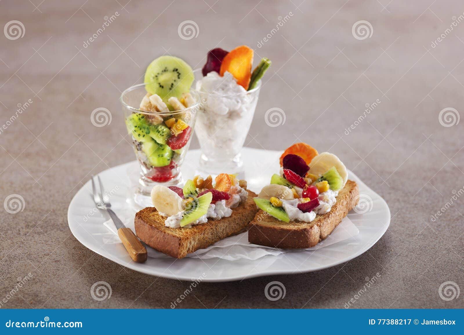 Rostat bröd för valnötfruktost med kiwin, jordgubben och bananen på wh