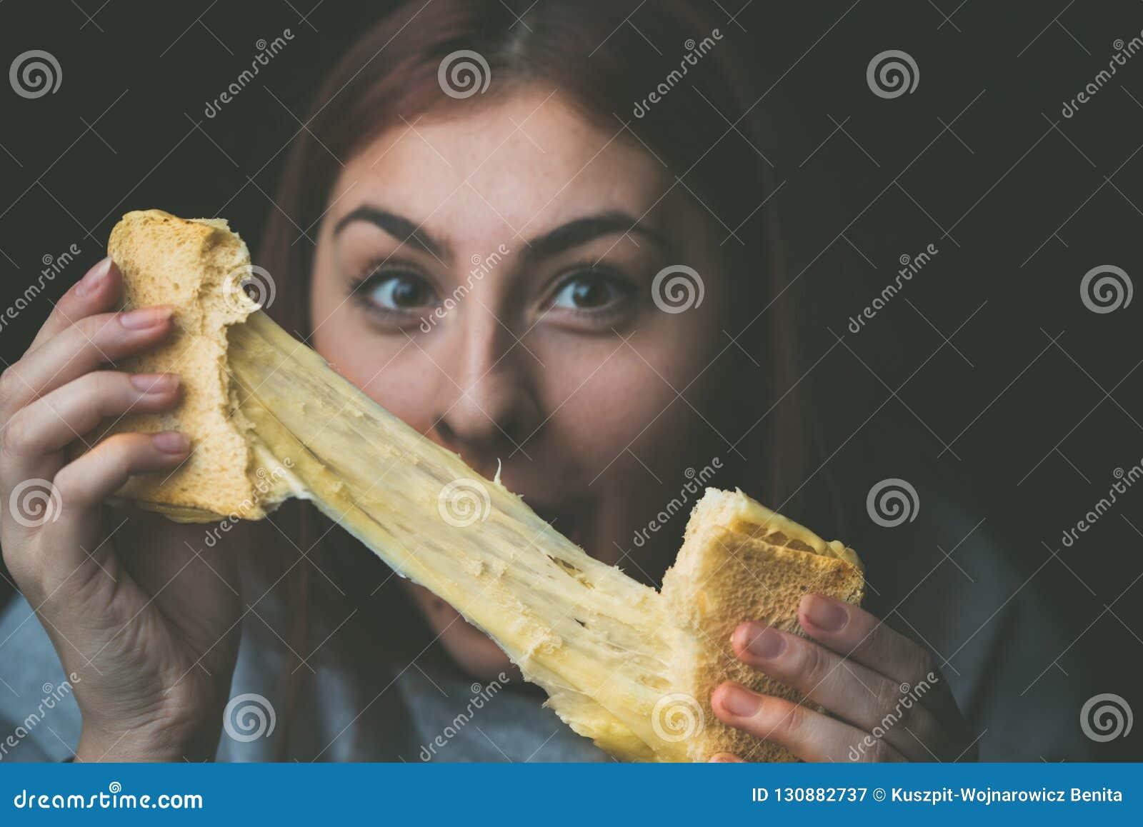Rostat bröd och ost - bakat rostat bröd med sträckt ost