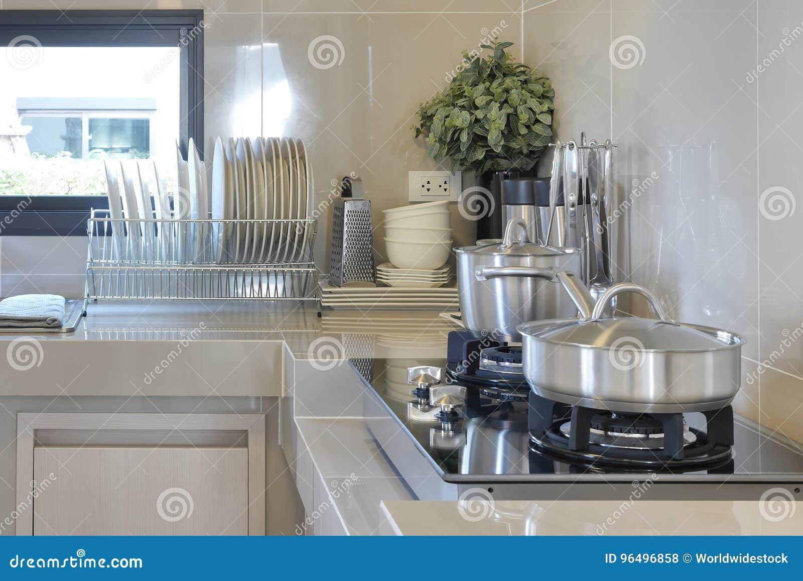 Rostfreie Wanne Auf Gasherd Mit Gerät In Der Modernen Küche ...