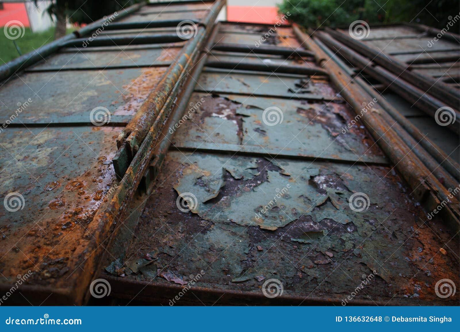 Rostig järndörr, port, tappningmetalldörr,