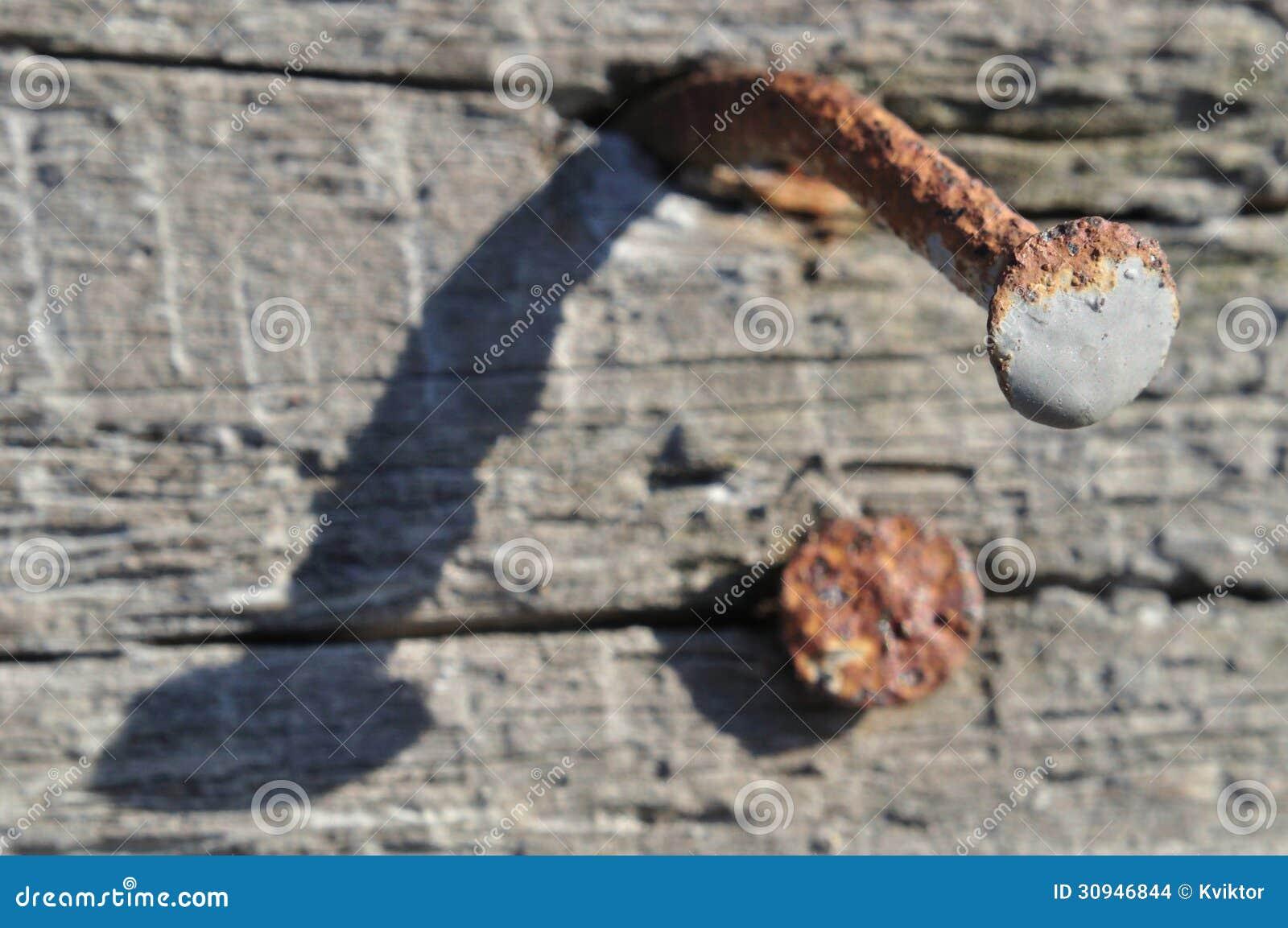 Rostiger Nagel Auf Altem Holz Stockfoto - Bild von gealtert, kopf ...
