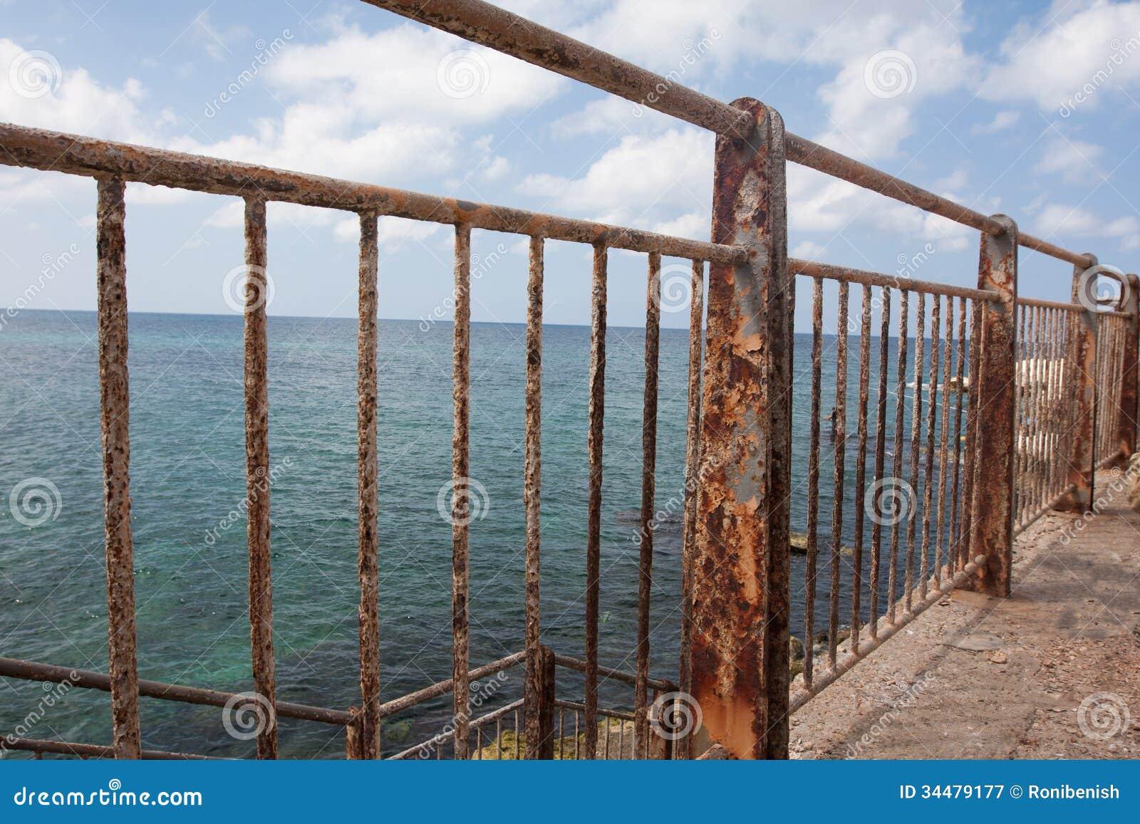 Rostiger Zaun Nahe Dem Meer Stockbild Bild Von Zeichen Spalte