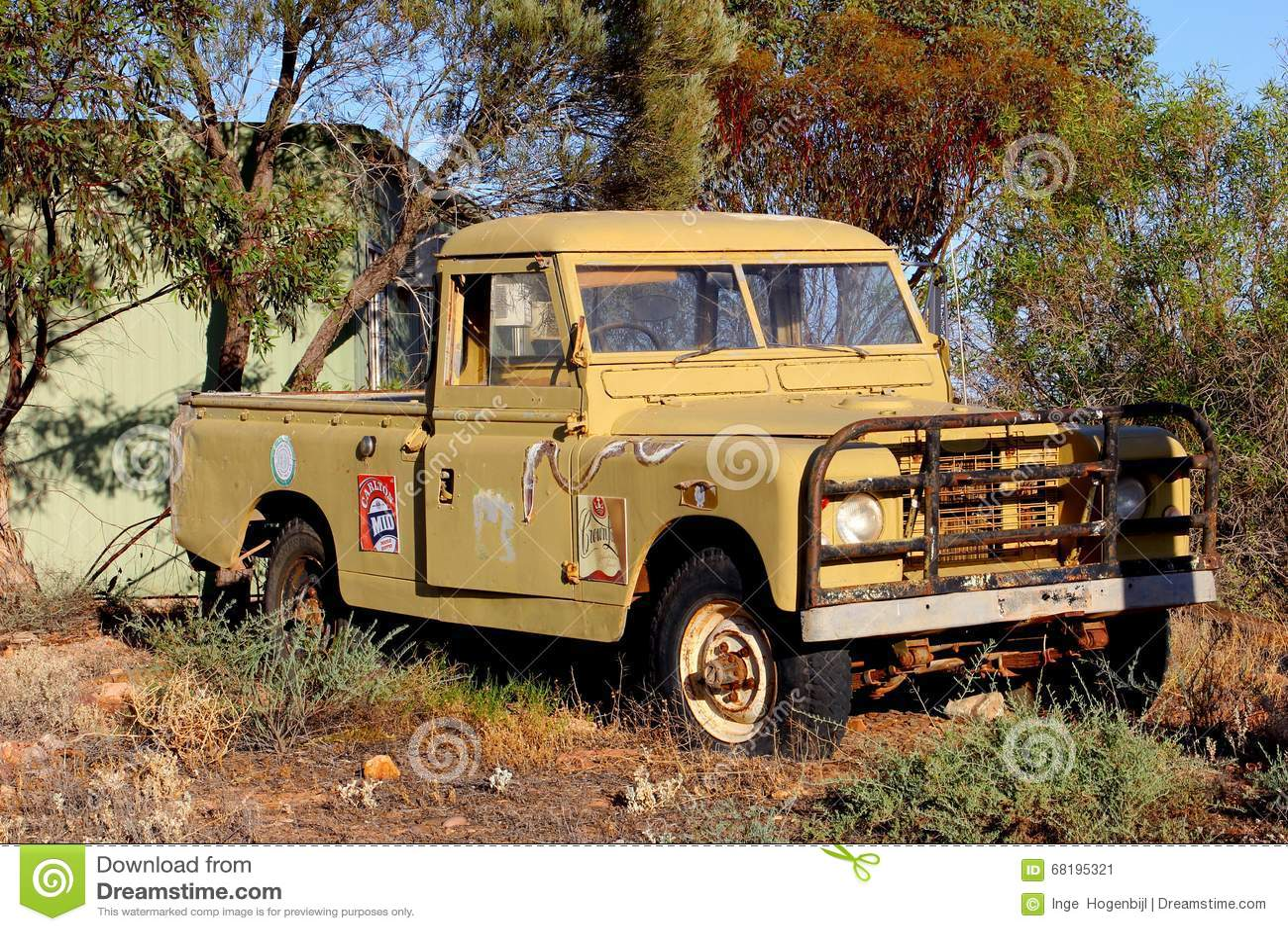 Rostiges Kleinlastwagenwrack mit Aufklebern von Carlton Mid-Bier, Australien