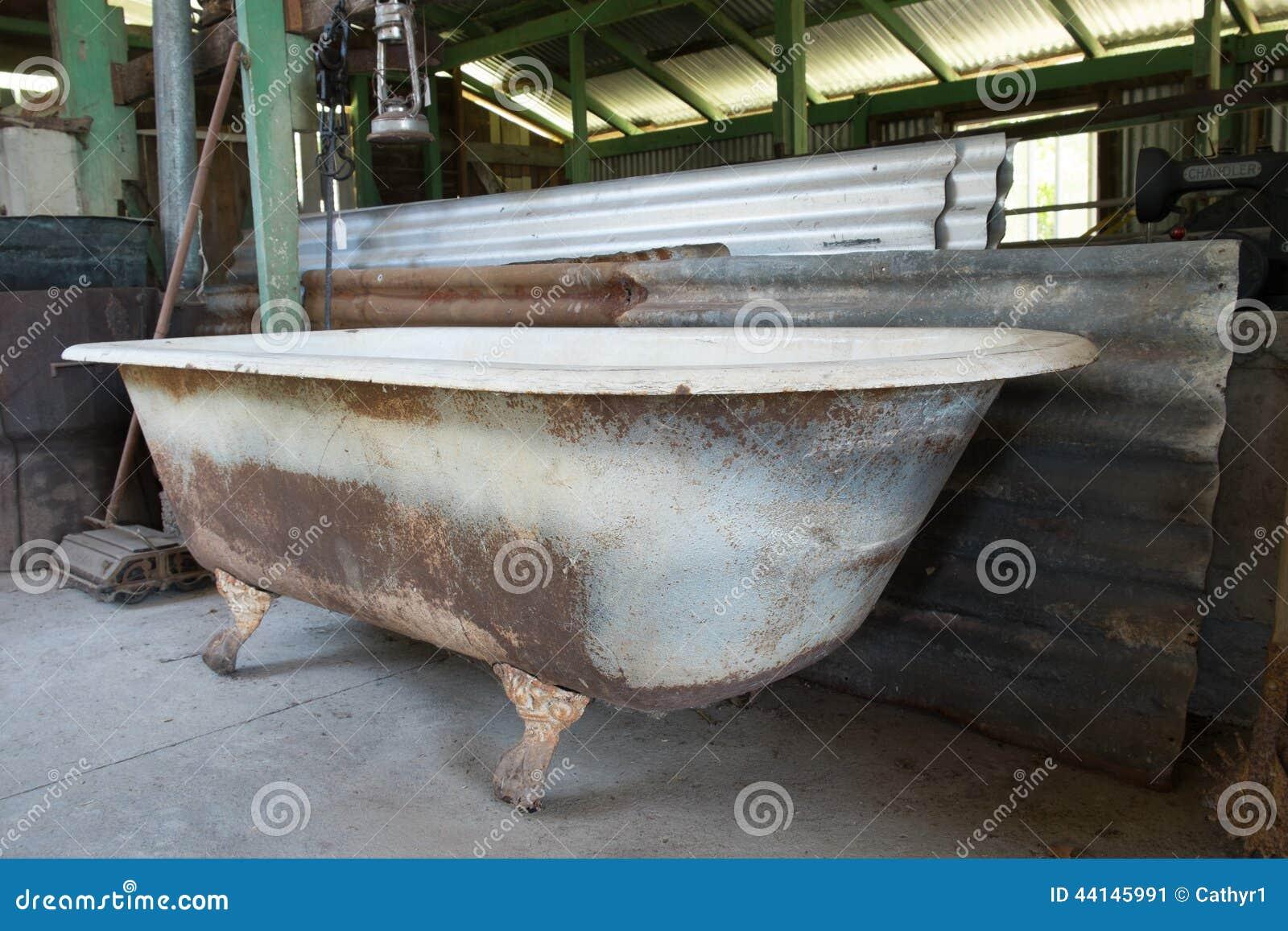 Rostigt gammalt badkar arkivfoto bild 44145991 for Restaurer une salle de bain