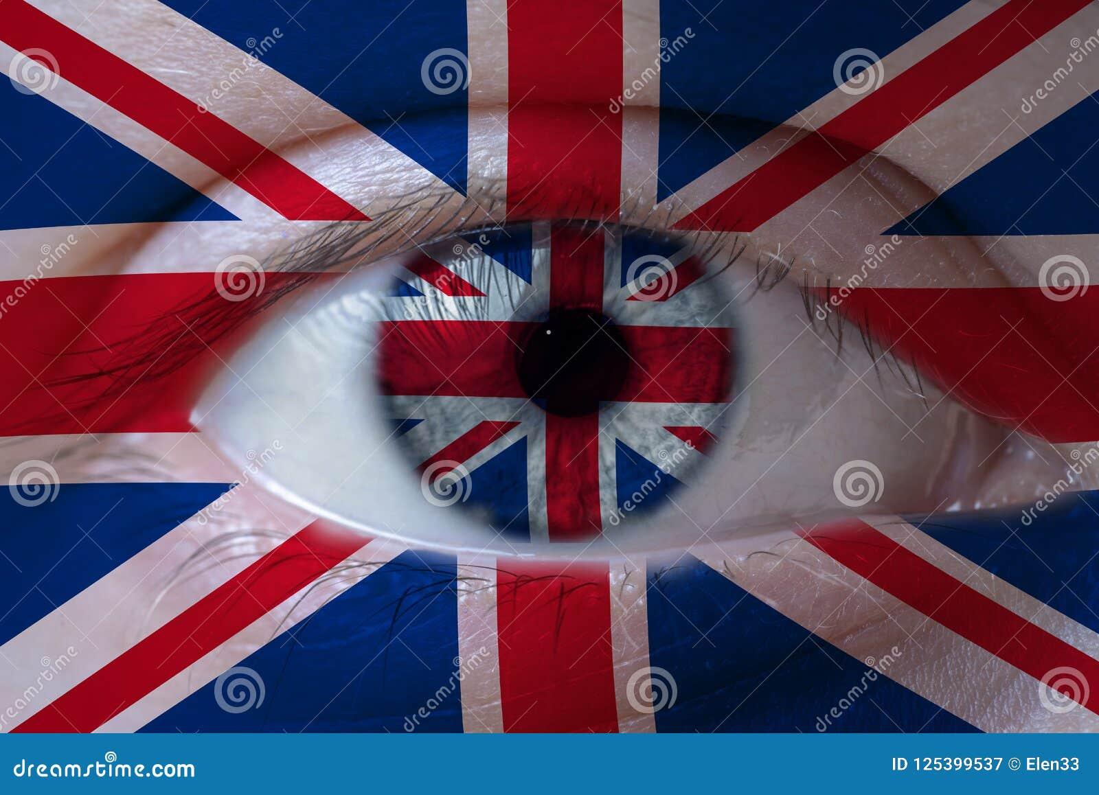 Rosto humano pintado com a bandeira de Reino Unido