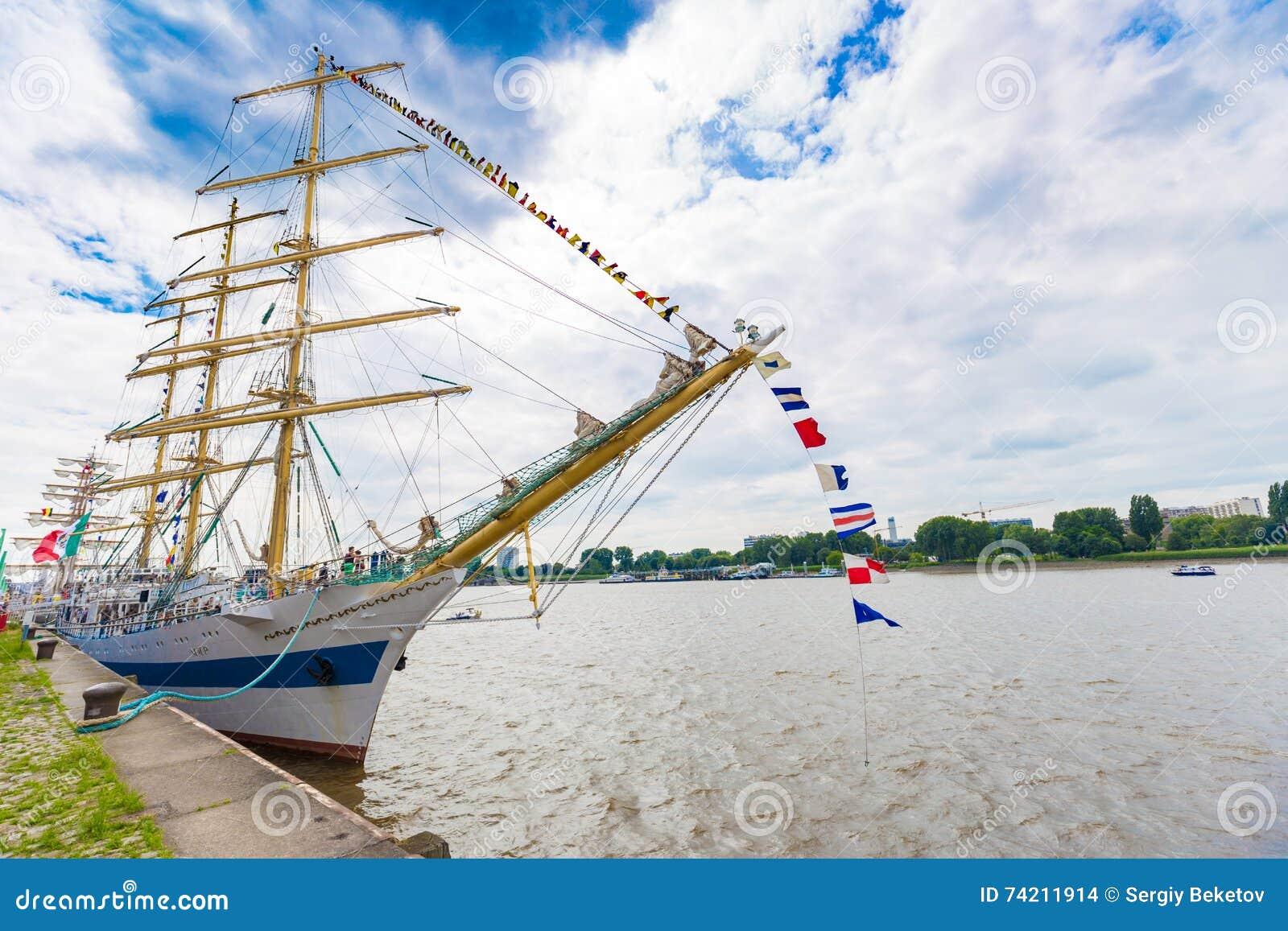 Rosyjski żeglowanie statek Mir widzieć w Antwerp podczas Wysokich statków Ściga się 2016 wydarzenie (pokój)