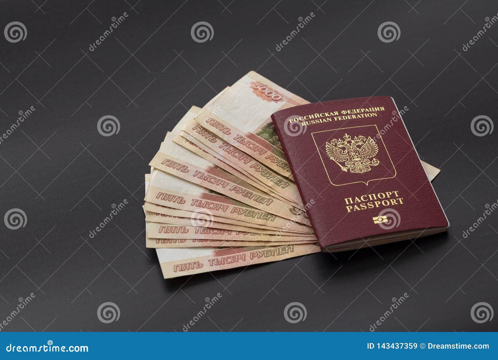 Rosyjski paszport i paczka pięć thousandth rubli banknotów Cudzoziemski paszport w czerwonym rosjanina pieniądze i pokrywie
