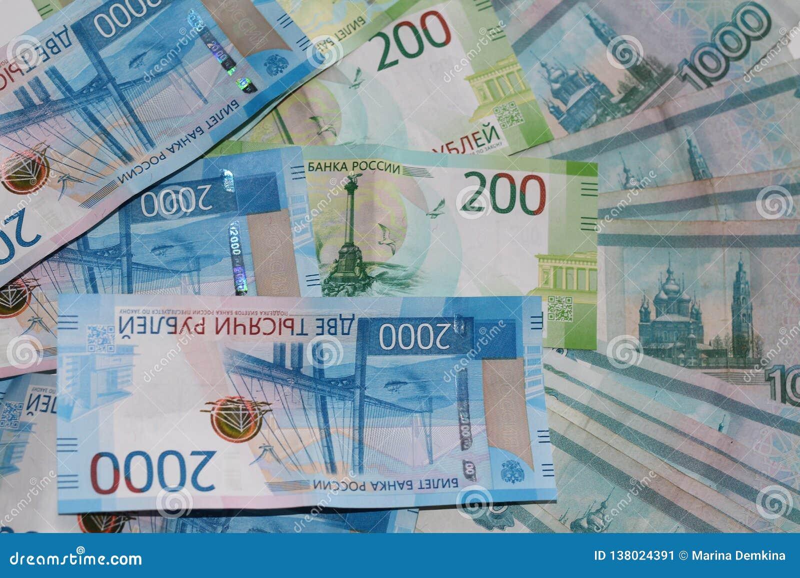 Rosyjski pieniądze kłama na białym tle