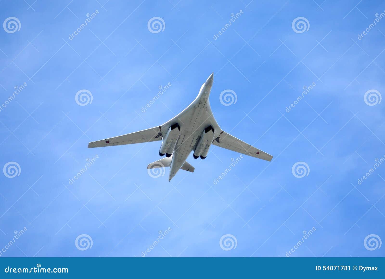 Rosyjski samolot wojskowy Tu-160 w locie