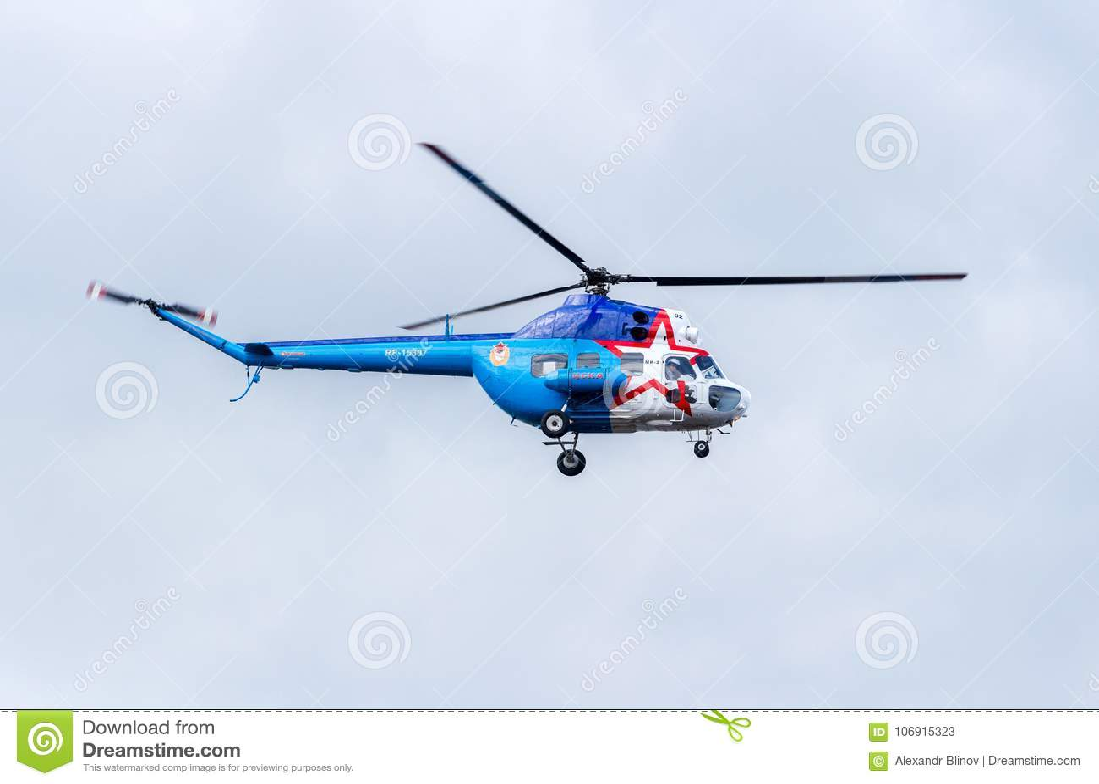 Rosyjski siły powietrzne Mi-2 śmigłowcowy latanie przeciw chmurnemu niebu