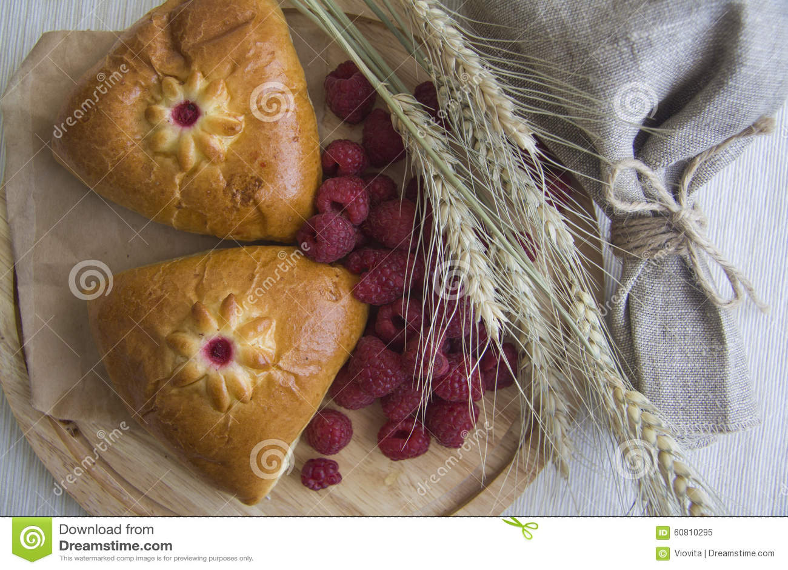 Rosyjskie babeczki z malinowym plombowaniem