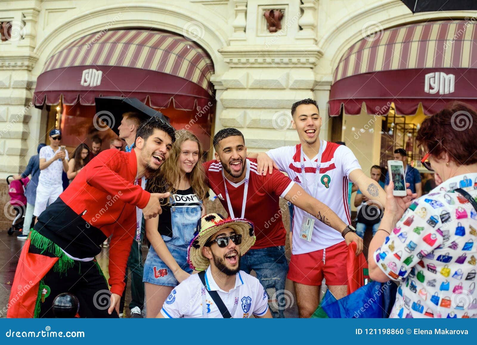 Rosyjskie dziewczyny fotografować z fan Marokańska drużyna futbolowa