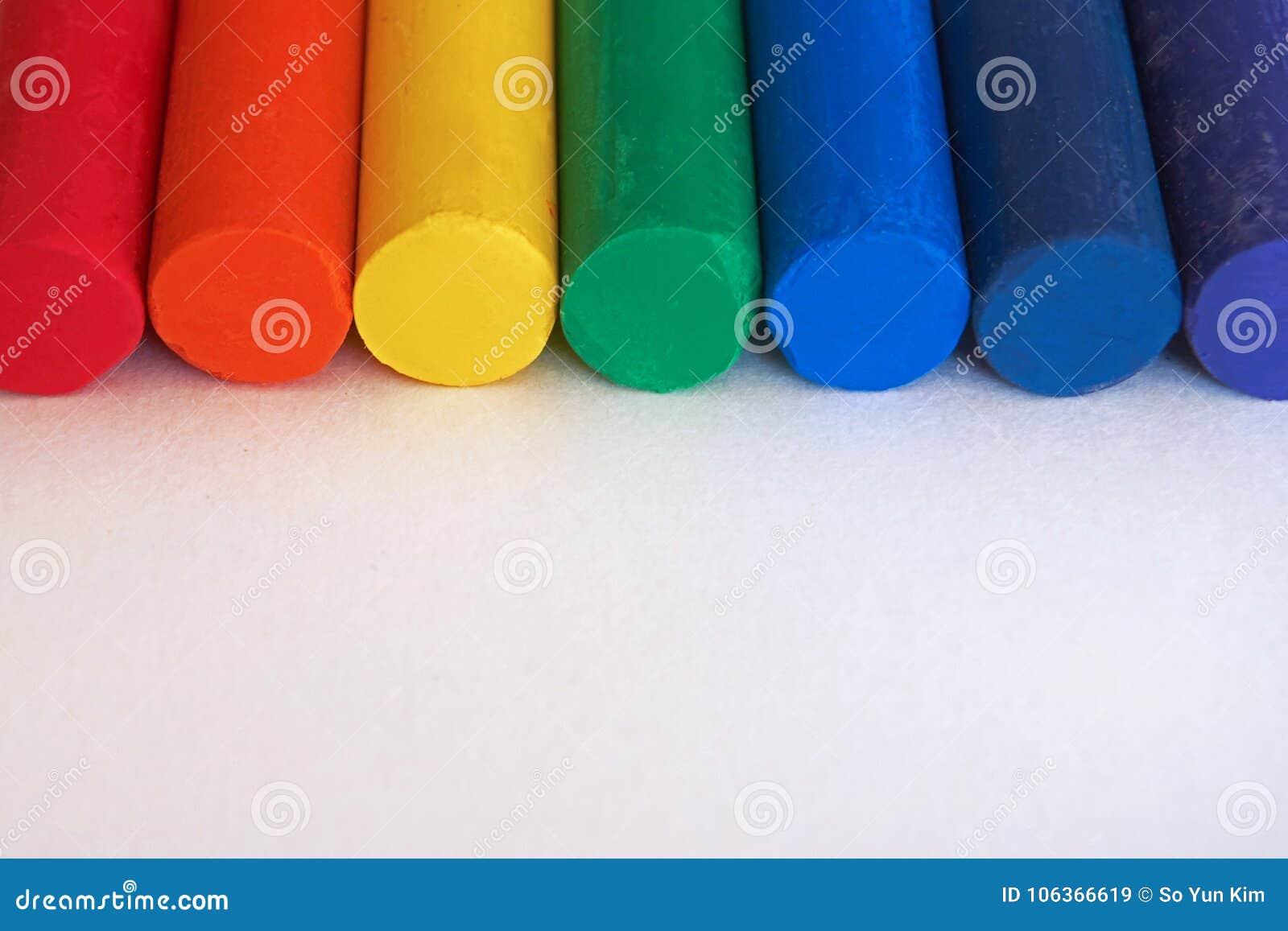 Rot, orange, gelb, grün, blau, Indigo, purpurrot Regenbogen farbige Zeichenstifte werden nebeneinander gesetzt