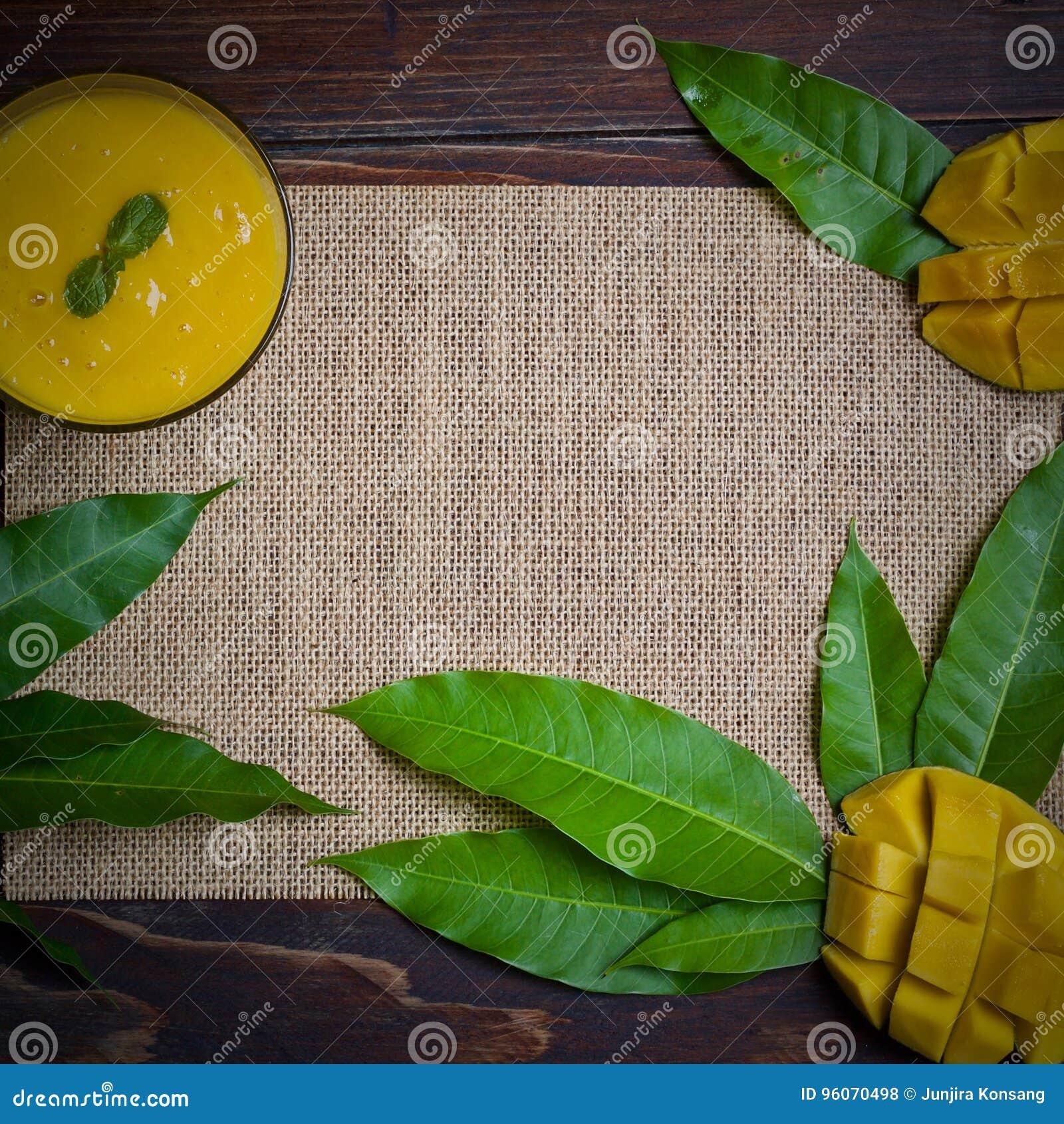 Rotação do suco da manga na vida saudável da tabela de madeira