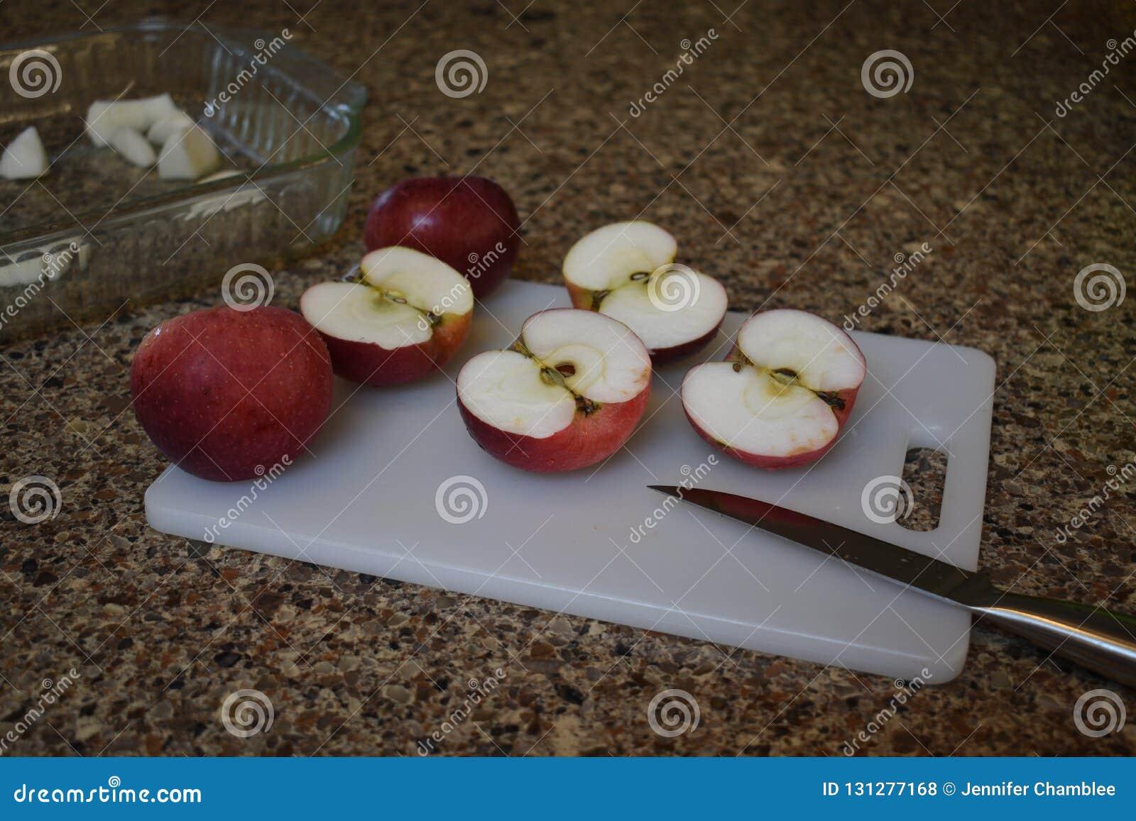 Rote Äpfel auf einem Schneidebrett, zum Bestandteile in einer Torte oder in einem Schuster im Herbst zu sein