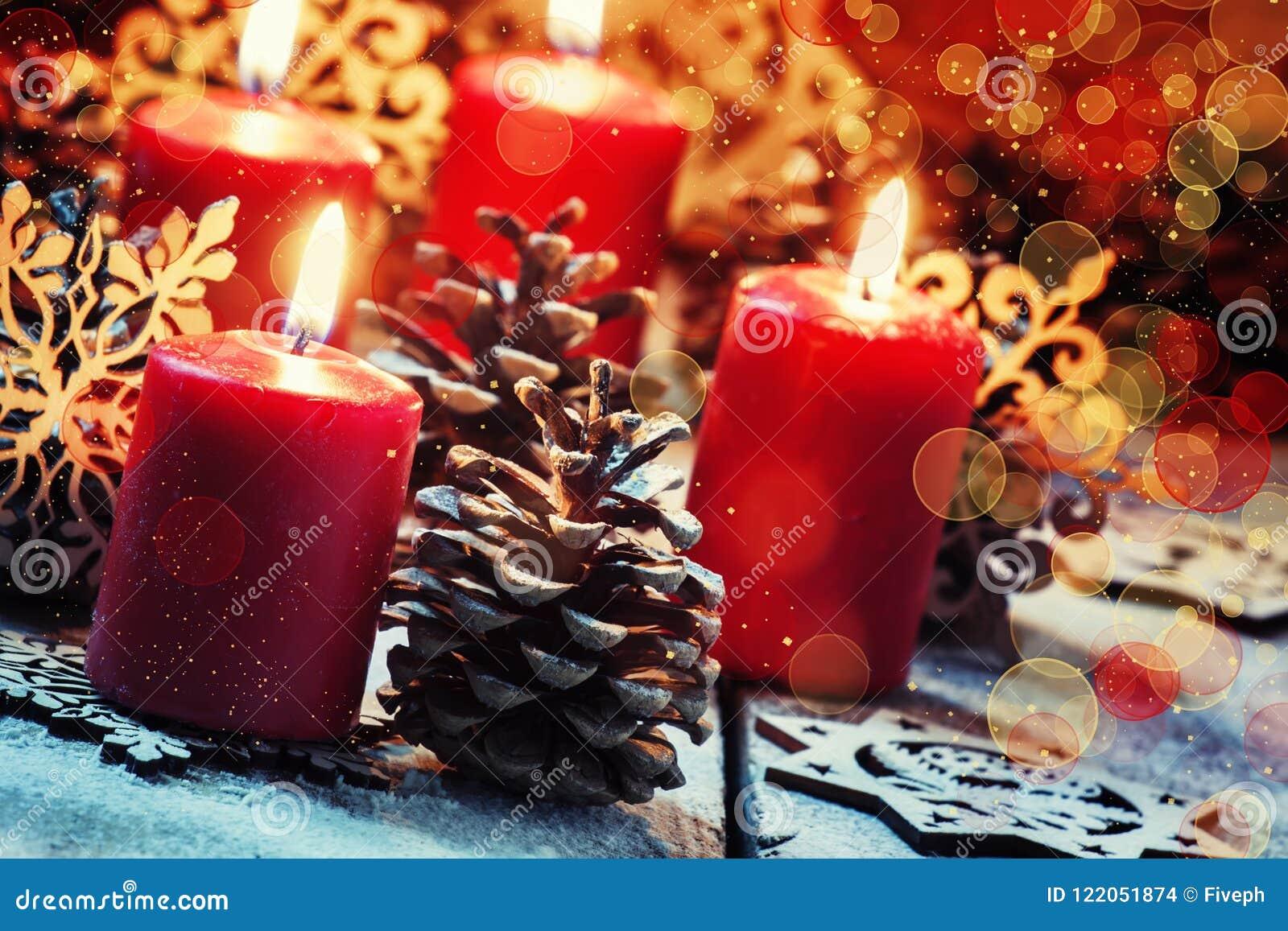 Rote brennende Kerze mit Kiefer shikami und Schneeflocken, Weihnachten a