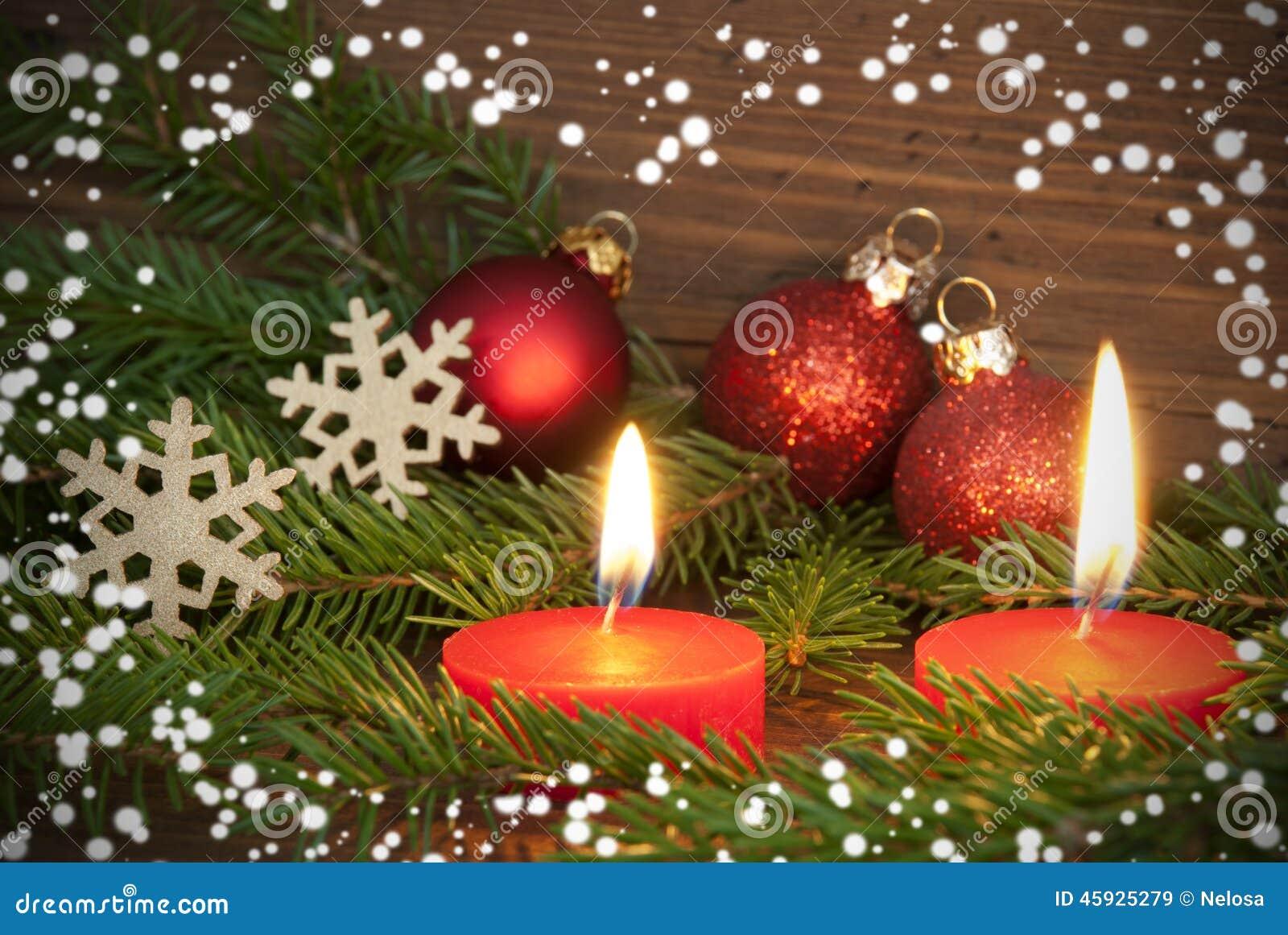 rote brennende kerzen mit weihnachtsdekoration stockbild bild von festlich candlelit 45925279. Black Bedroom Furniture Sets. Home Design Ideas