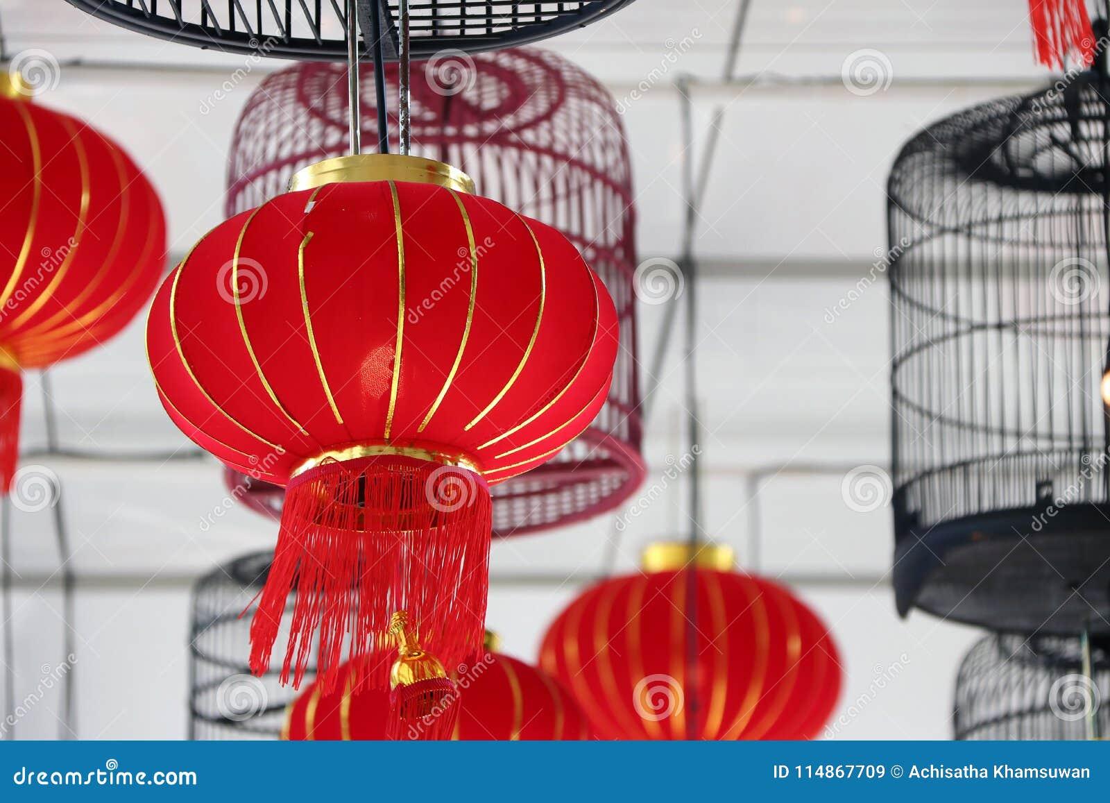 Der Rote Und Gewebelampen Hängen Auf VogelkäfiglampenDie Decke xWdoCrBe