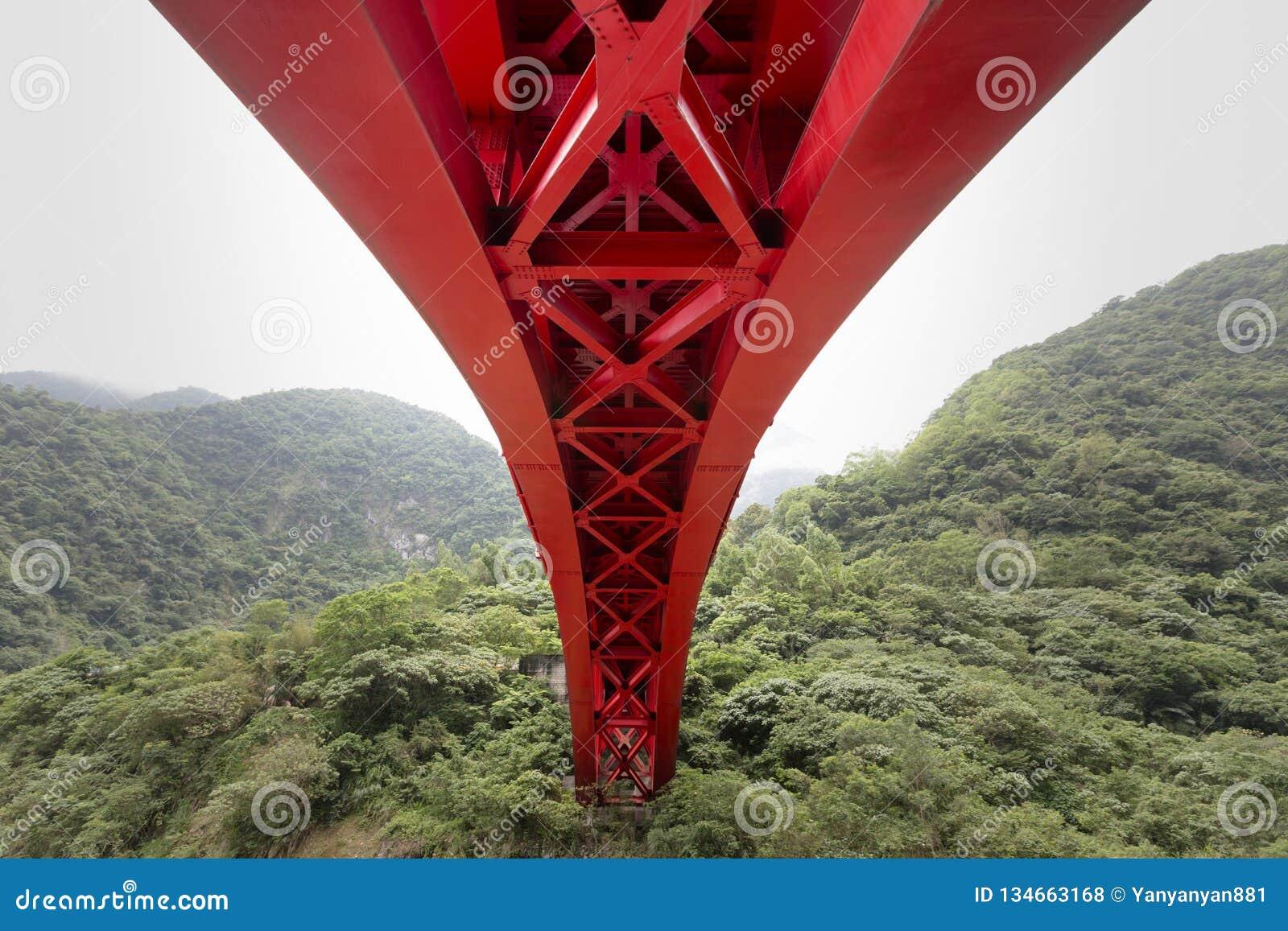 Rote helle Brücke der enormen Struktur