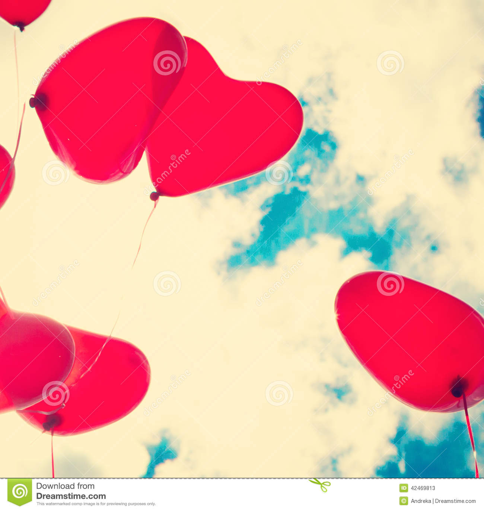 Rote Herz-förmige Ballone