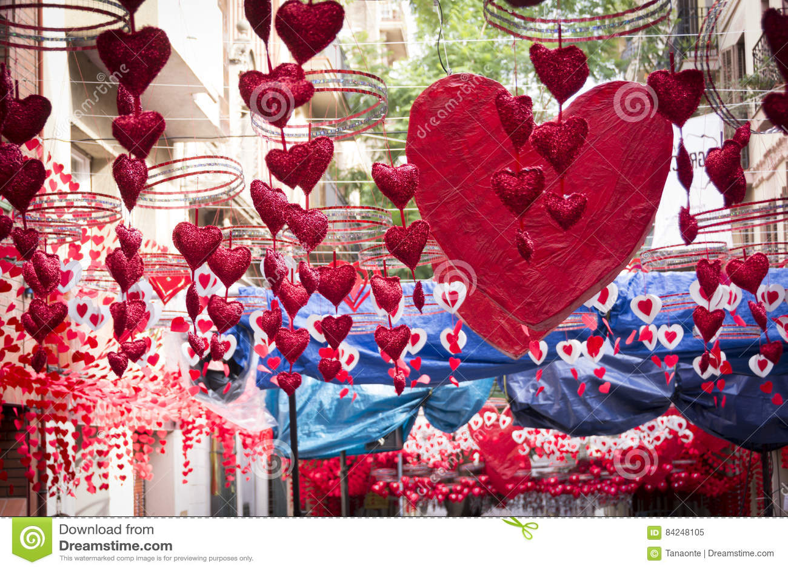 Rote Herzen, die in Gracia-Bezirk, Barcelona hängen und sich bewegen