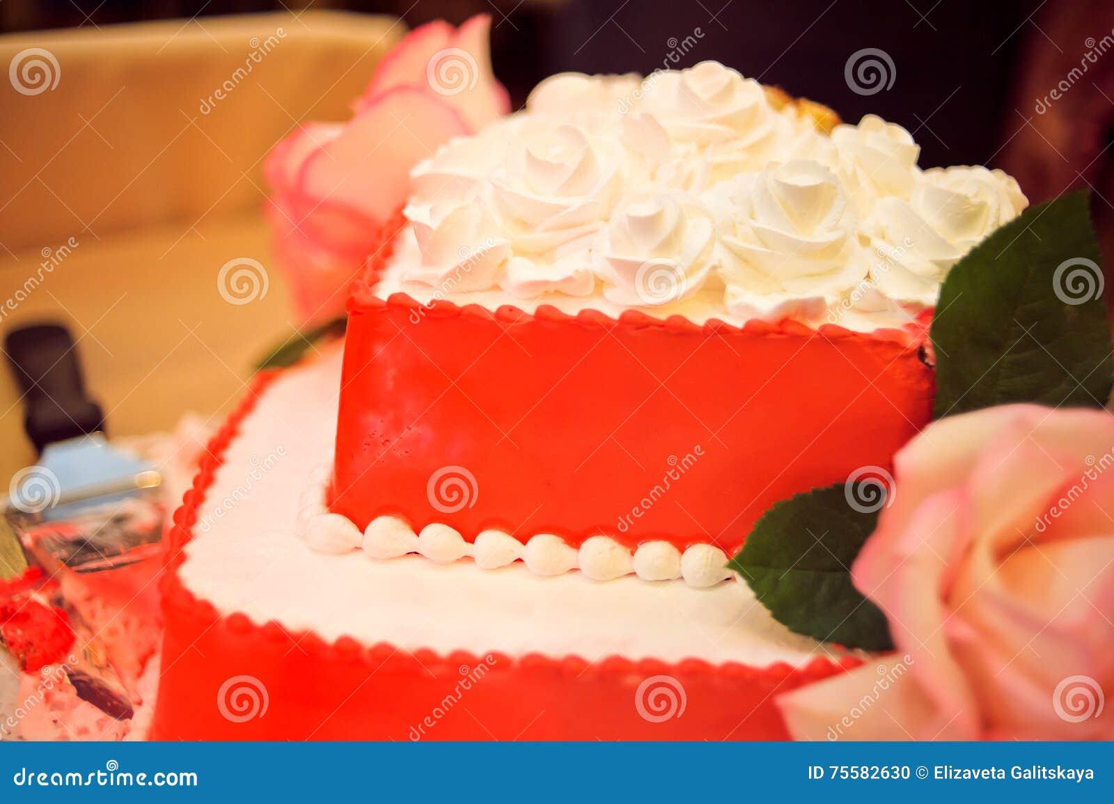 Rote Hochzeitstorte Stockfoto Bild Von Fullung Geburtstag 75582630
