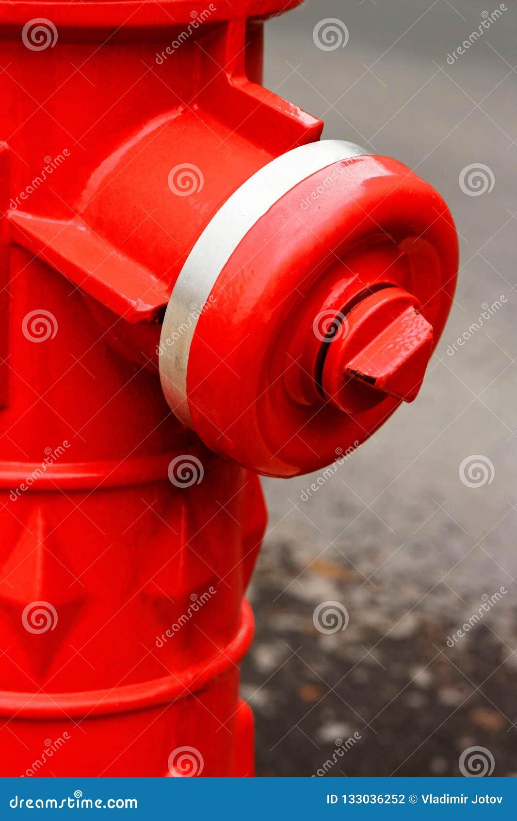 Rote Hydrantnahaufnahme auf der Straße