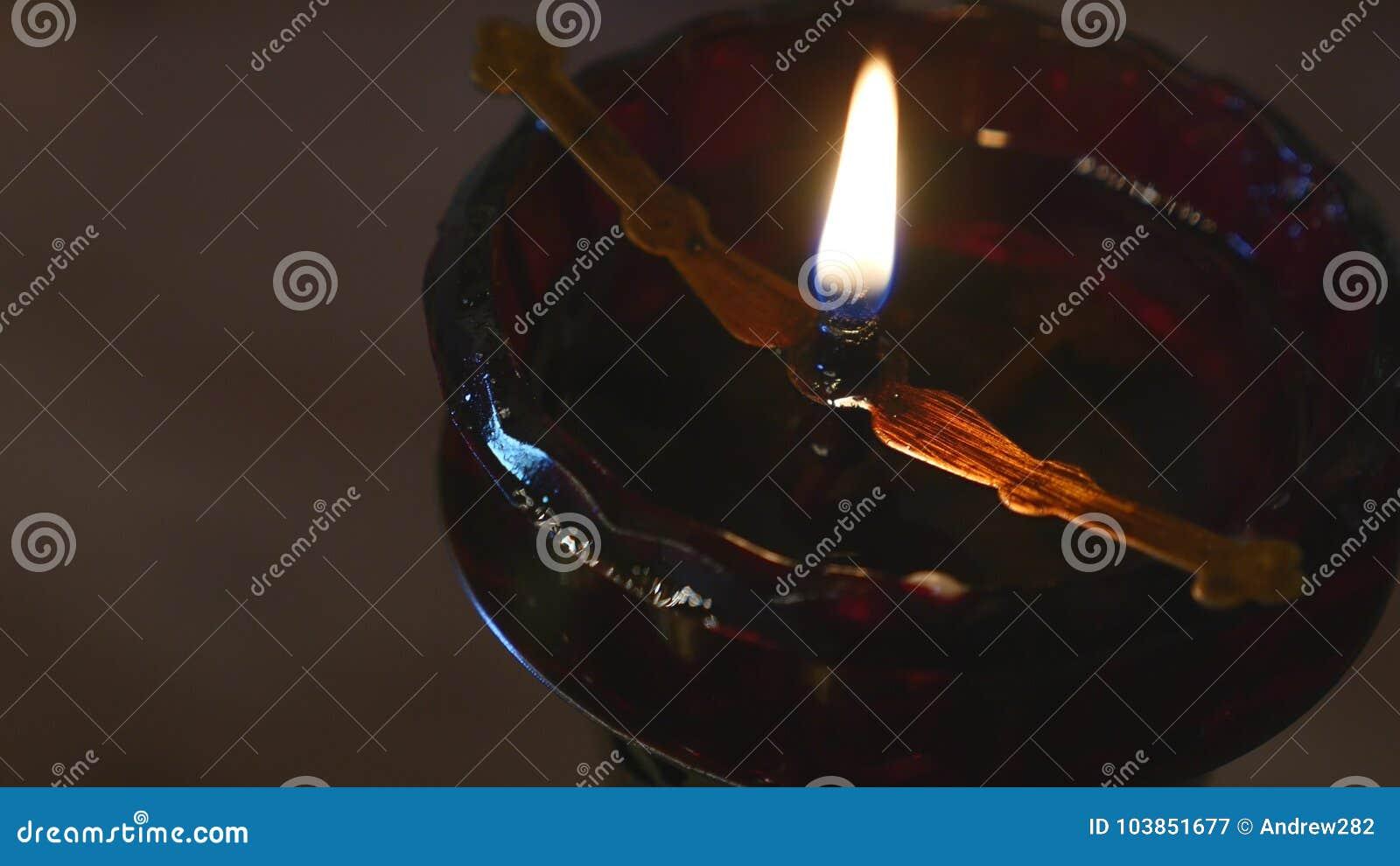 Rote Kerze in der Kirche