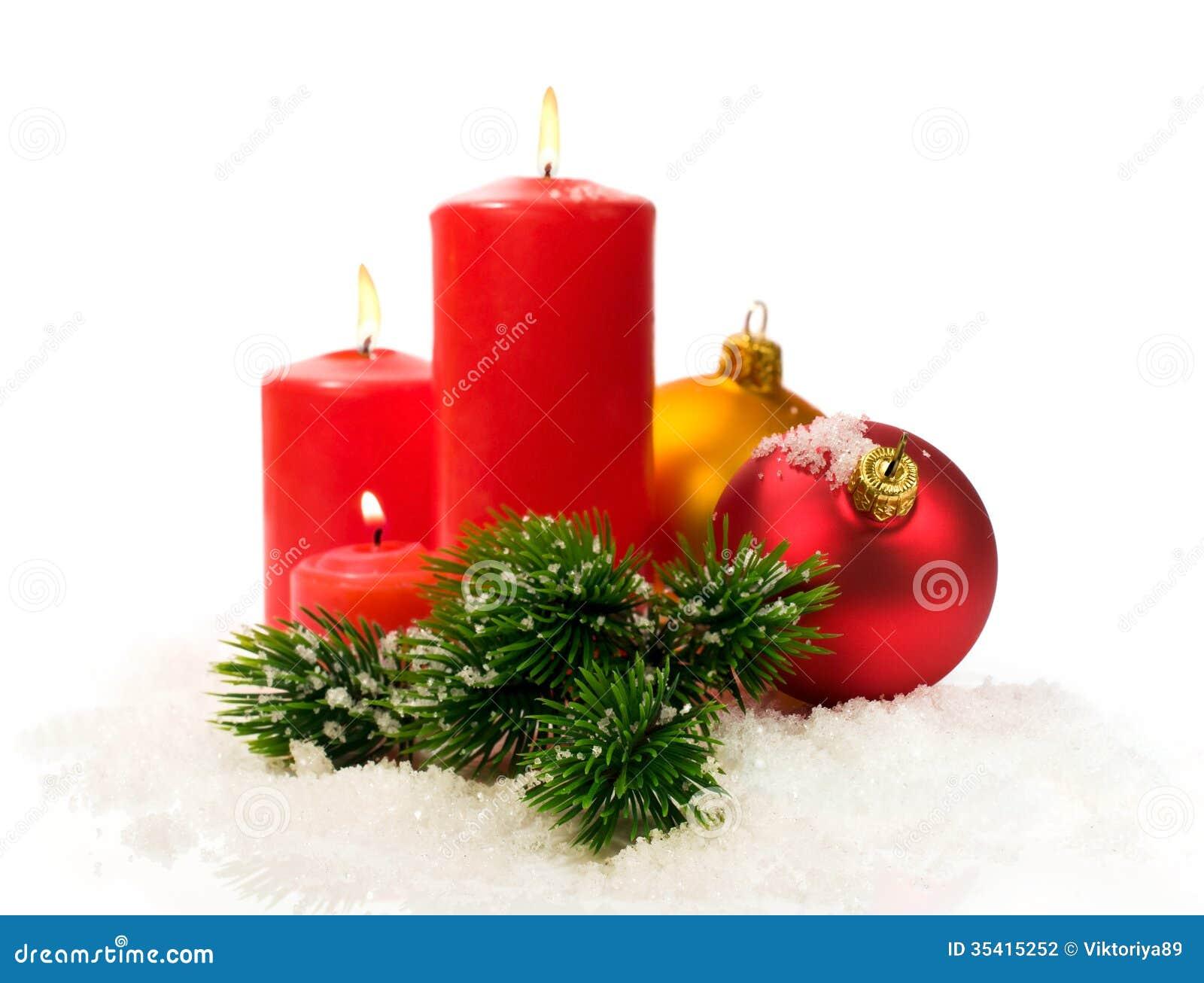rote kerzen und tannenzweige und weihnachtsb lle im schnee. Black Bedroom Furniture Sets. Home Design Ideas