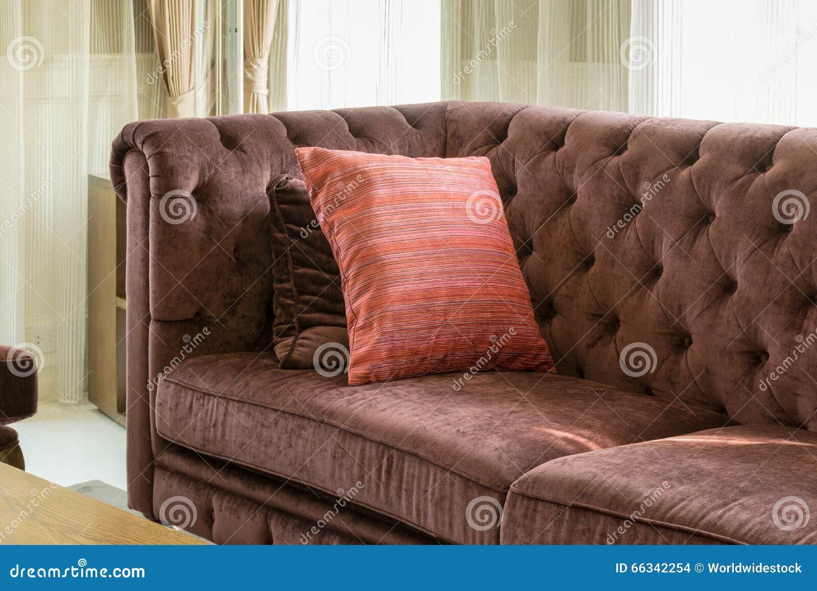 Rote Kissen Auf Rotem Sofa Im Luxuswohnzimmer Stockfoto
