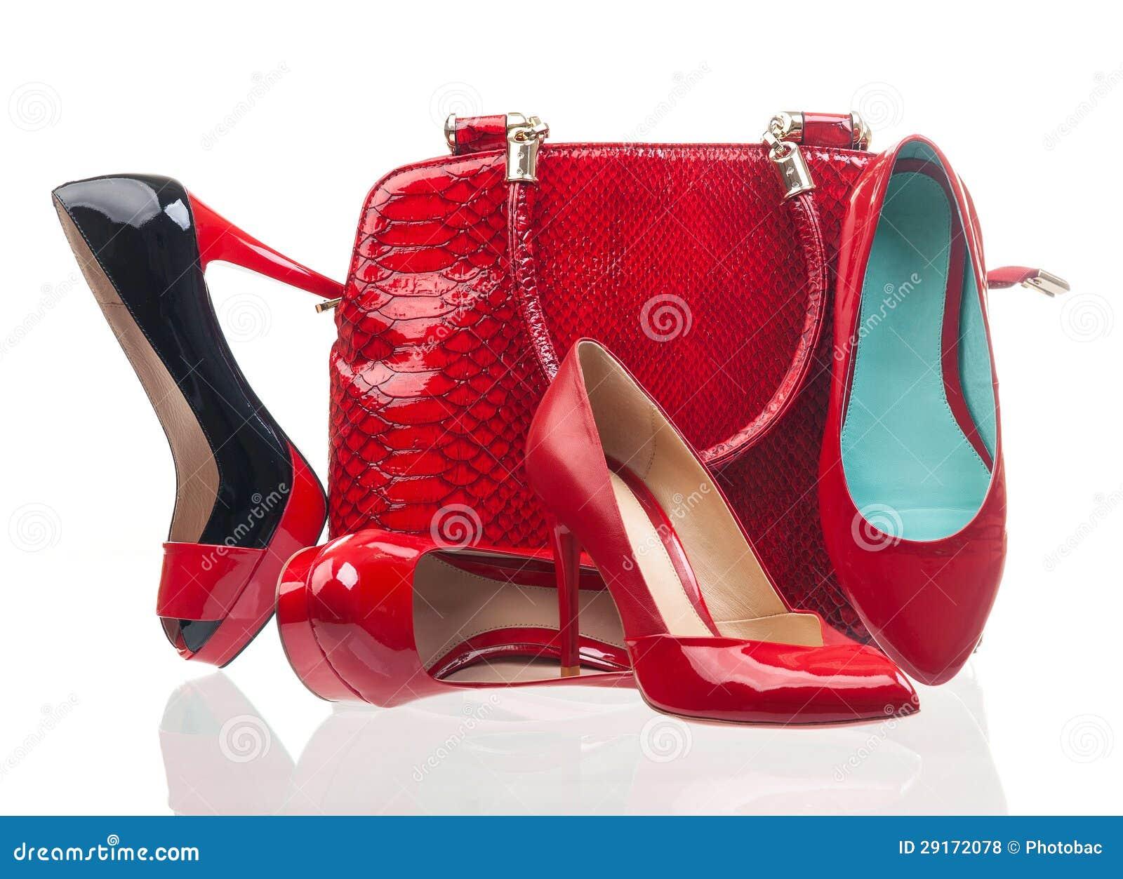 Rote Modefrauenschuhe und -handtasche über Weiß