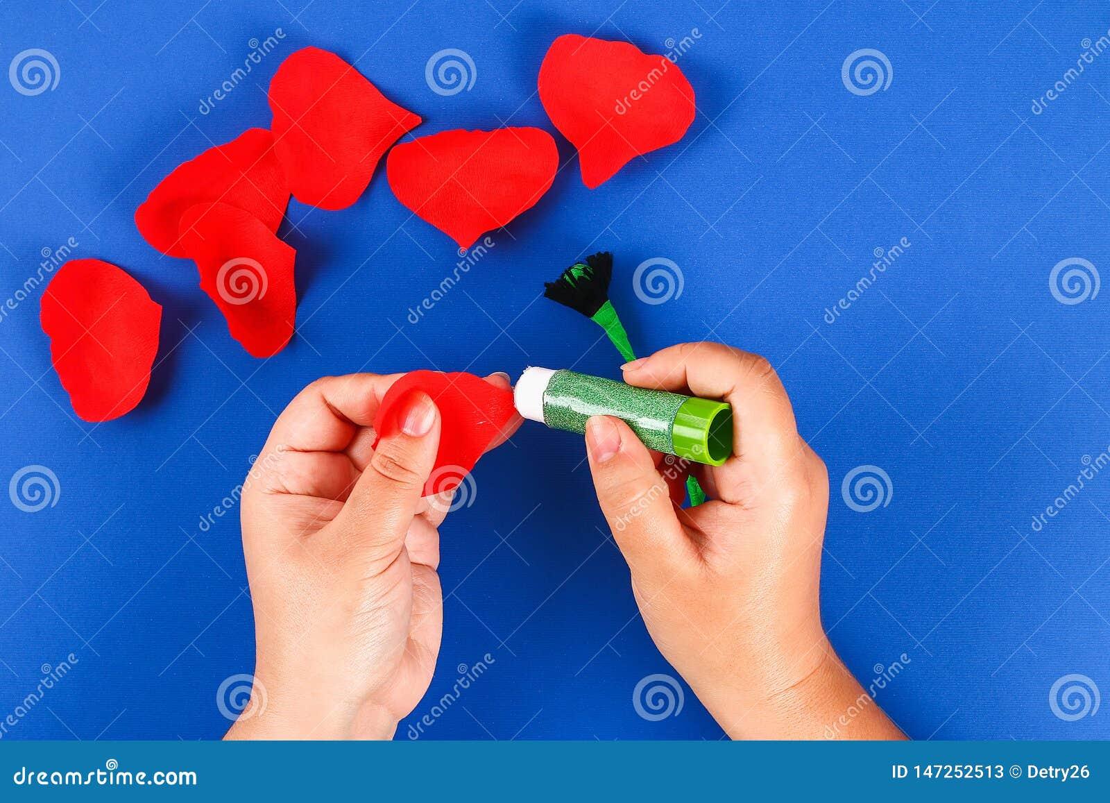 Rote Mohnblume Anzac Day, Erinnerung Diy-Papiers, erinnern sich, Volkstrauertagkrepppapier auf blauem Hintergrund