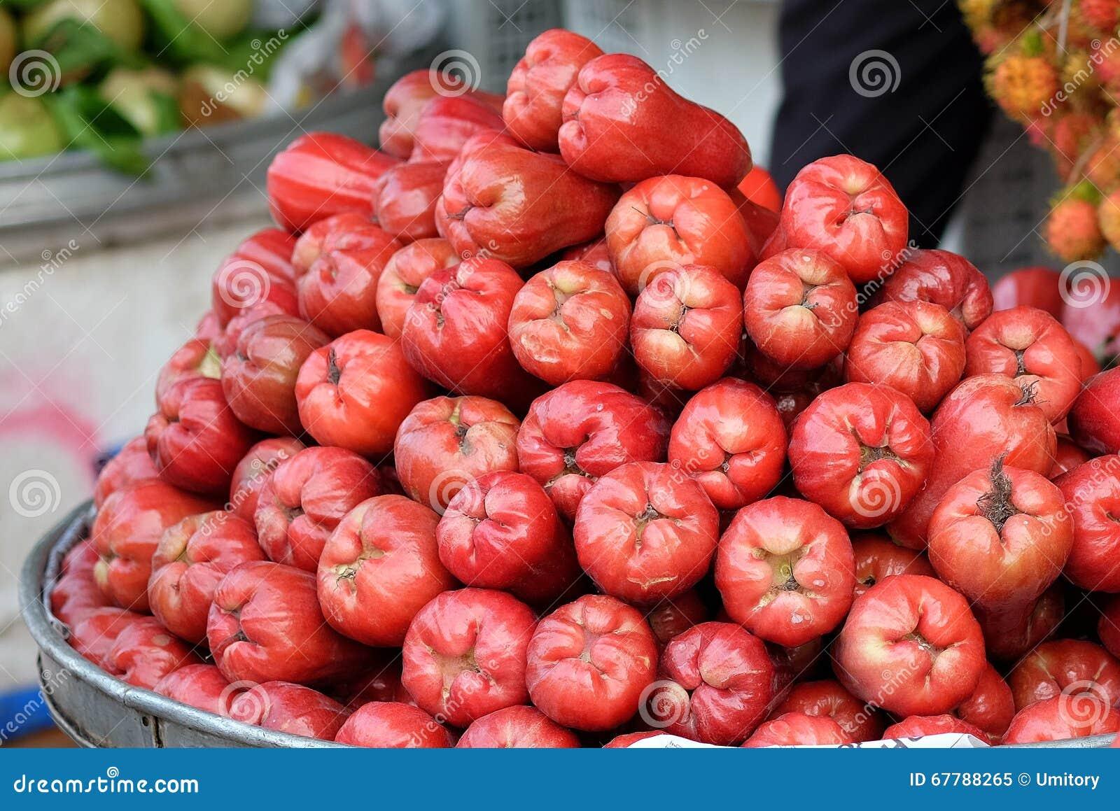 rote pflaume tropische frucht werden f r verkauf im nassen markt vietnam angezeigt stockfoto. Black Bedroom Furniture Sets. Home Design Ideas