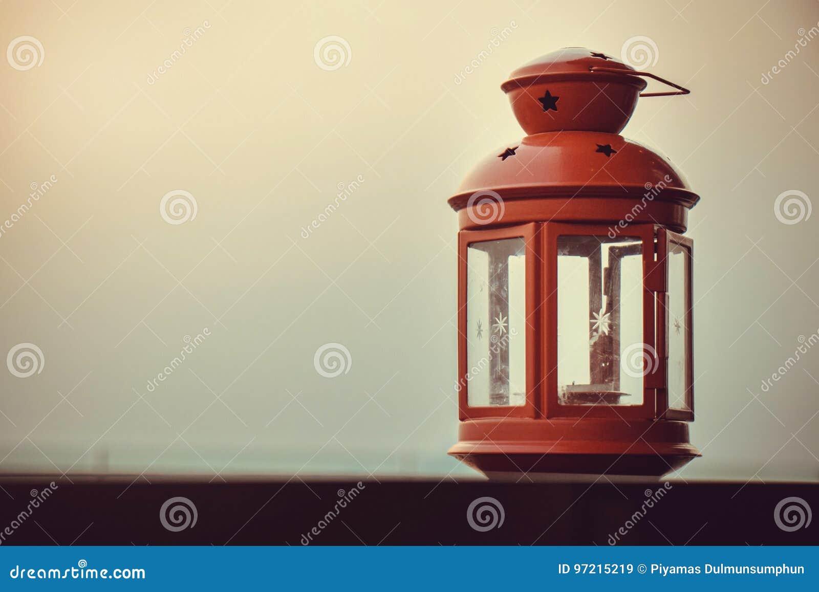 Rote Retro Lampe An Der Terrasse Mit Sonnenunterganglicht