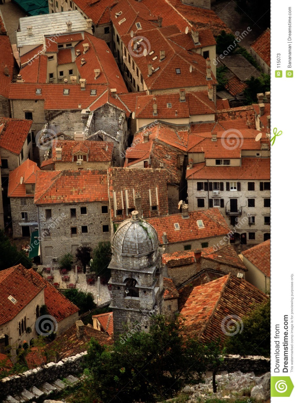 Rote roofed Stadt