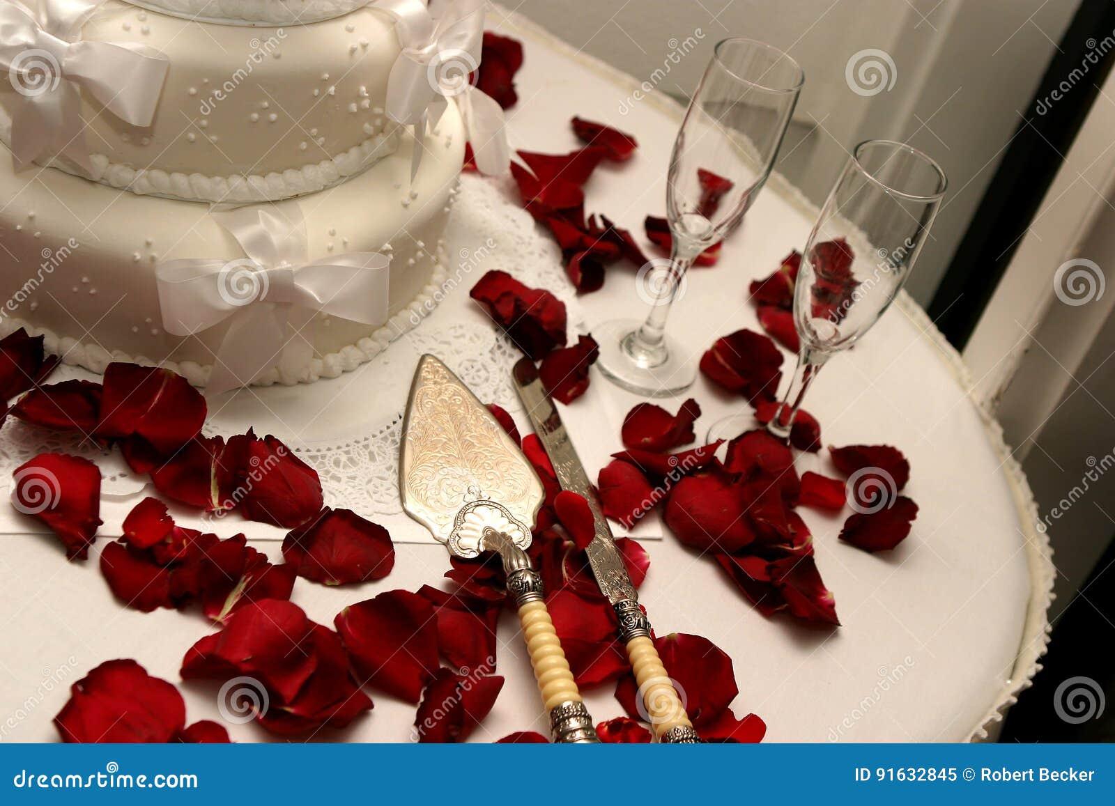 Rote Rosen Der Weissen Hochzeitstorte Stockbild Bild Von Rosen