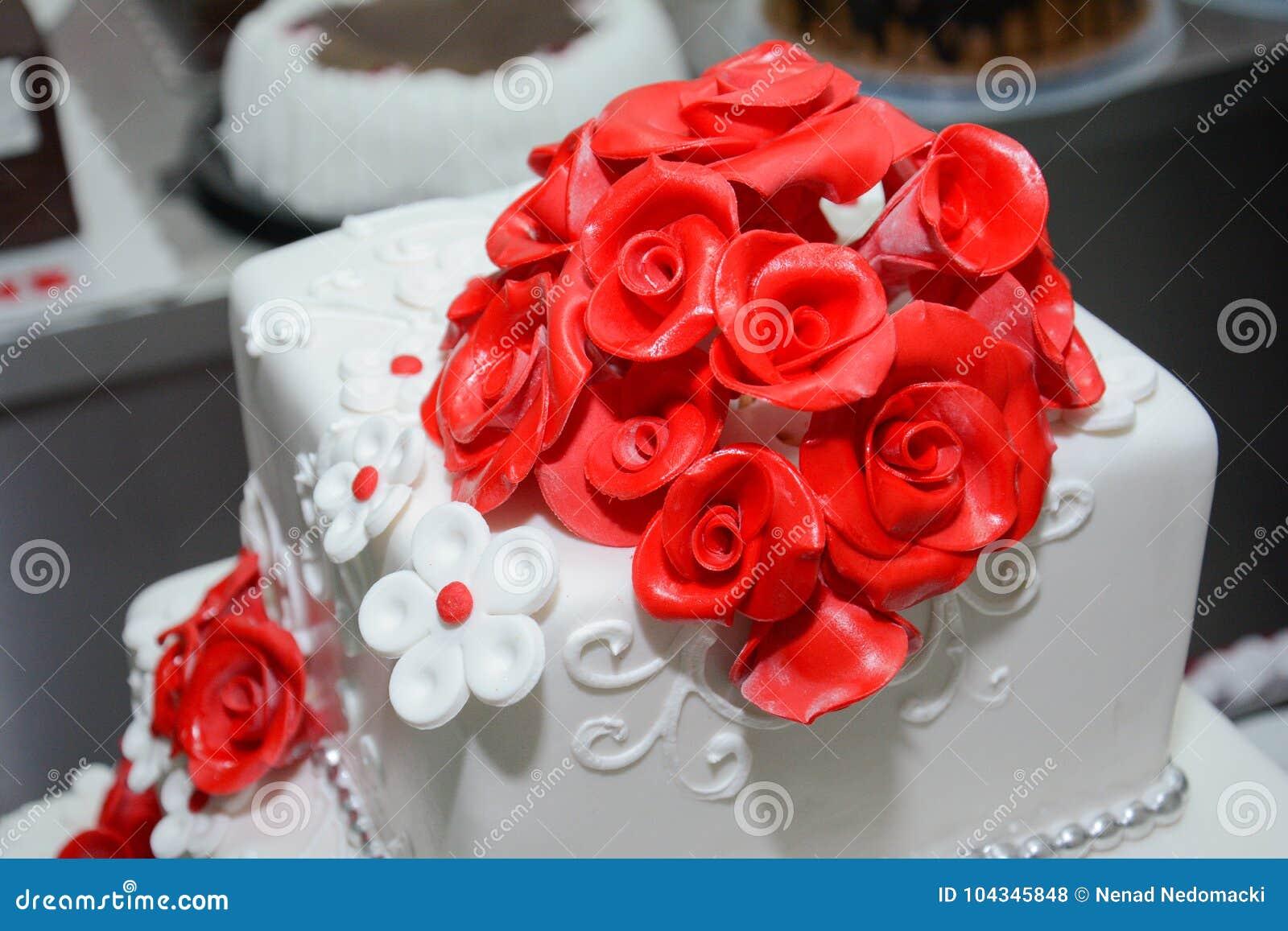 Rote Rosen Hochzeitstorte Whit Stockfoto Bild Von Blume Paare