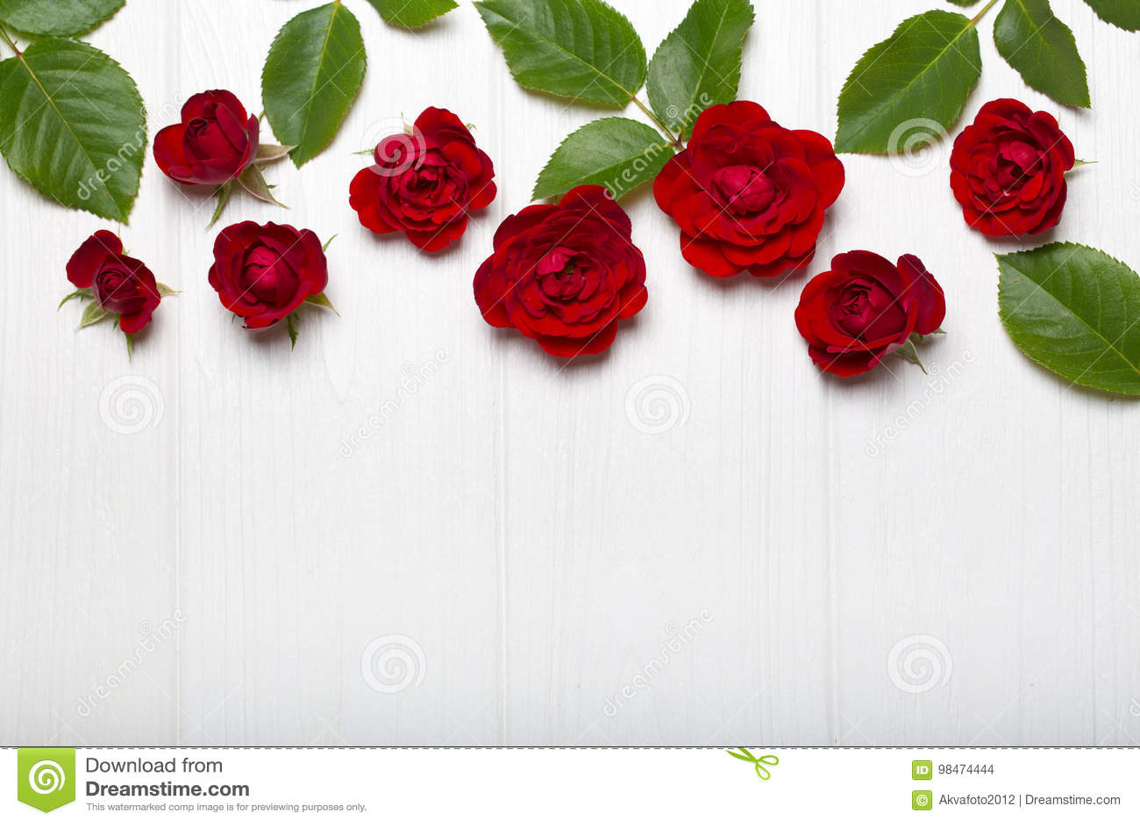 Weiße lilien und rote rosen