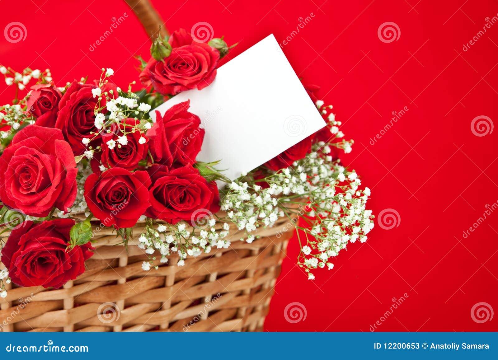 Rote Rosen und Karte im Korb