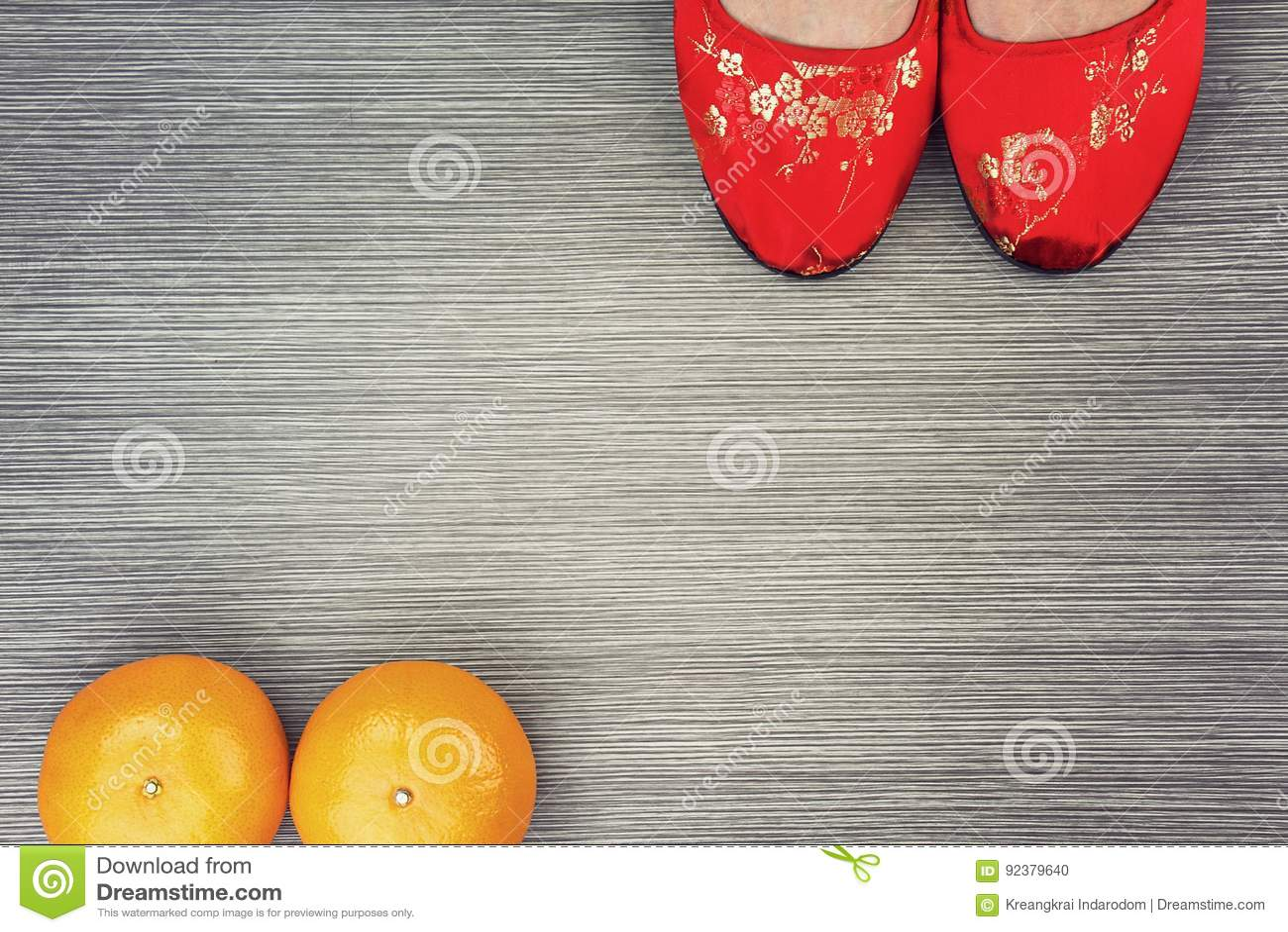 Rote schöne chinesische orientalische Schuhe und Mandarinen
