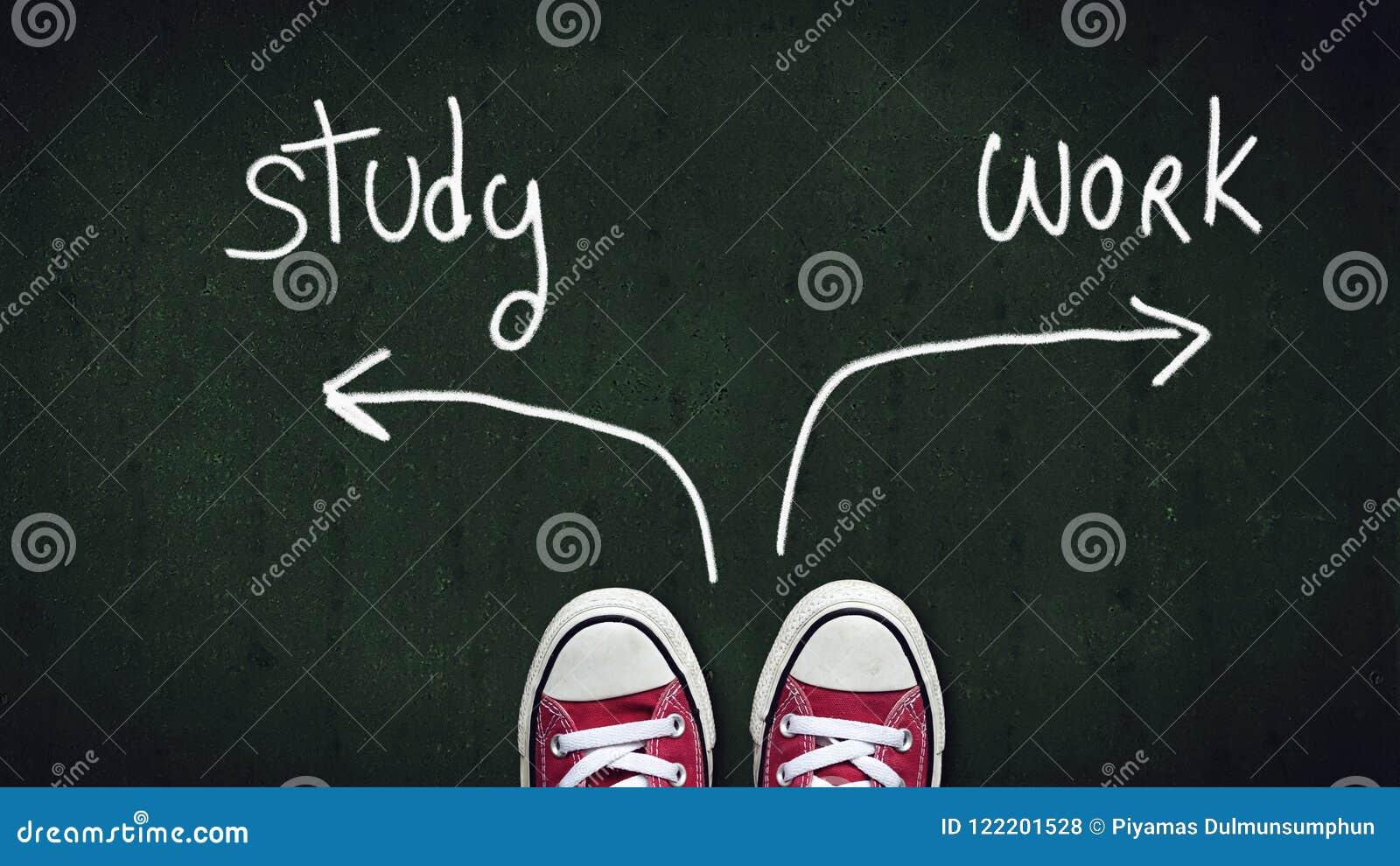 Rote Schuhe, die an der Kreuzung zwischen Arbeit oder Studienwahl stehen