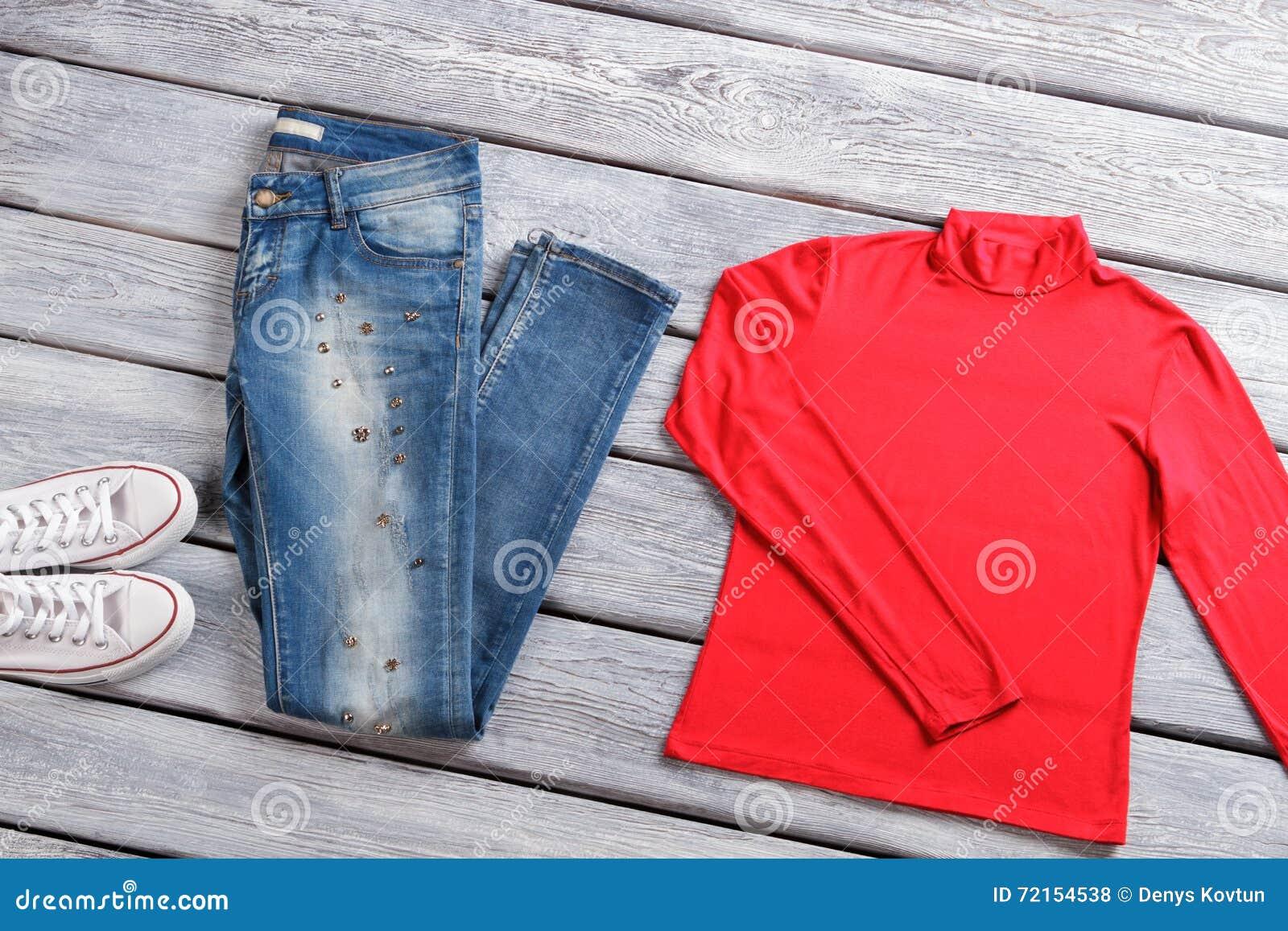 c3470a9ee0b726 Rote Spitze und Blue Jeans Zufällige Denimhosen und -schuhe Kleidung und  Schuhe auf Schaukasten Rabattkampagne hat angefangen
